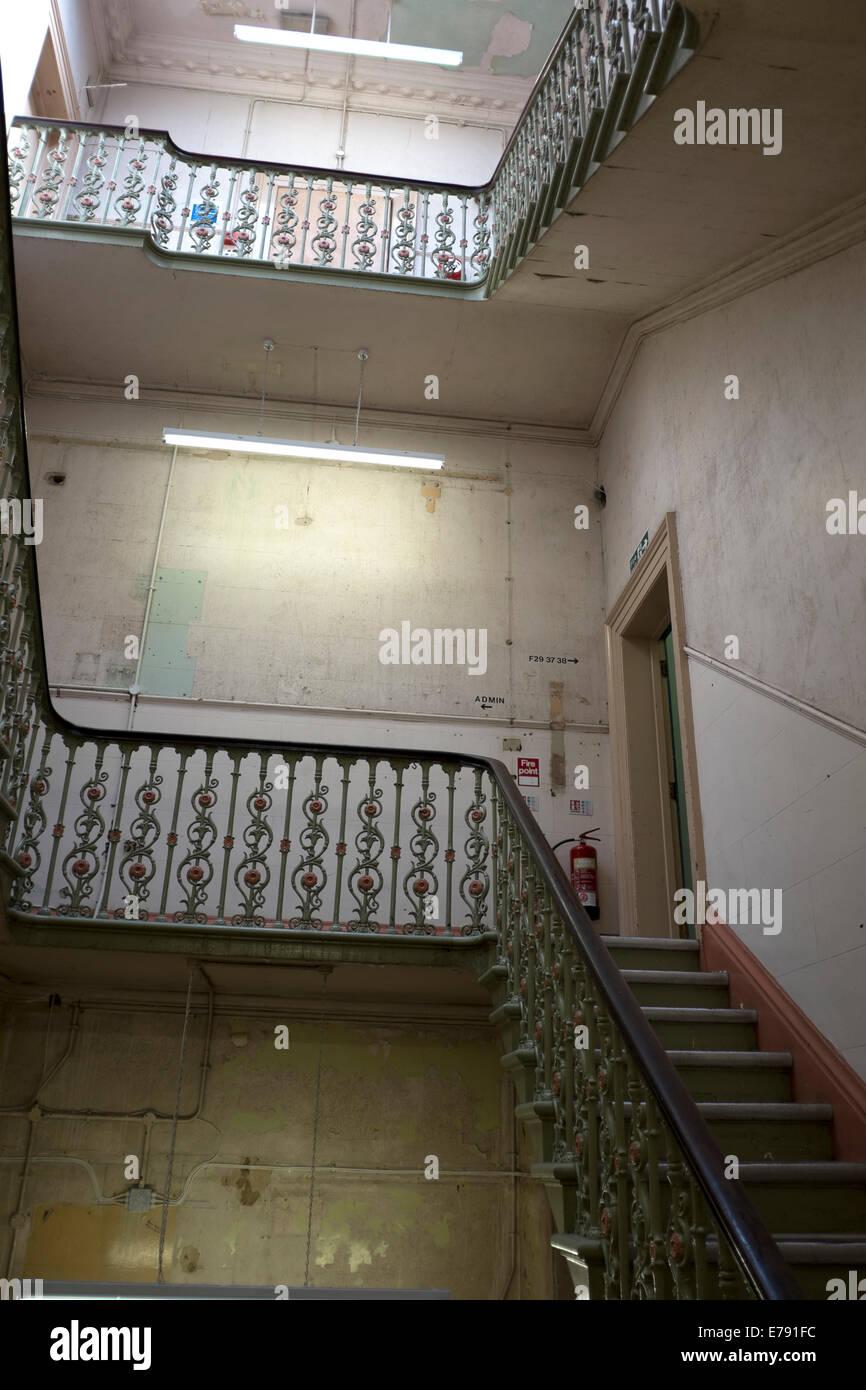 Scale In Ghisa.Old Scale In Ghisa Vuoto Cupo Vecchio Edificio Foto