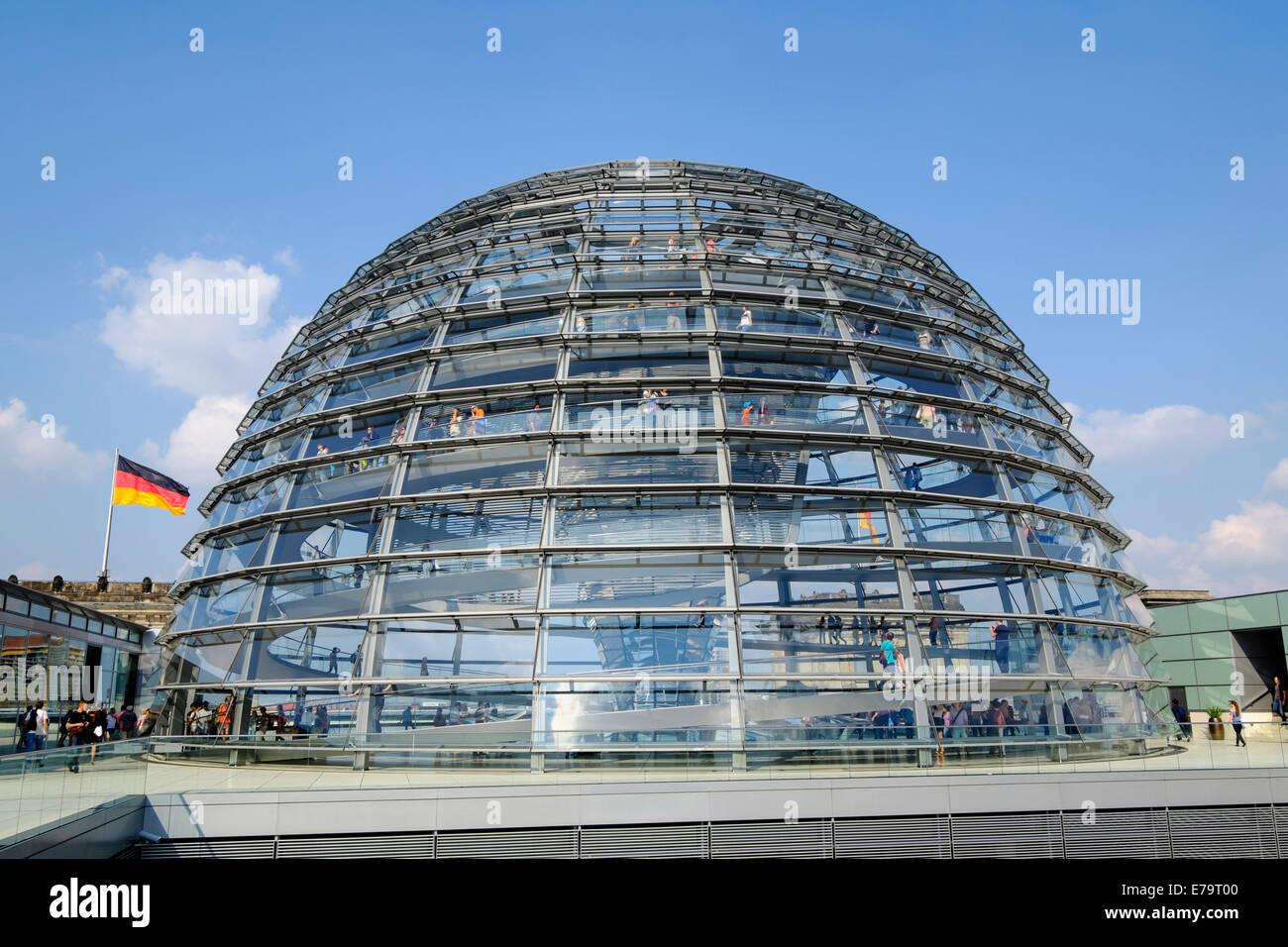 Tetto a cupola in vetro del Reichstag a Berlino Germania Immagini Stock