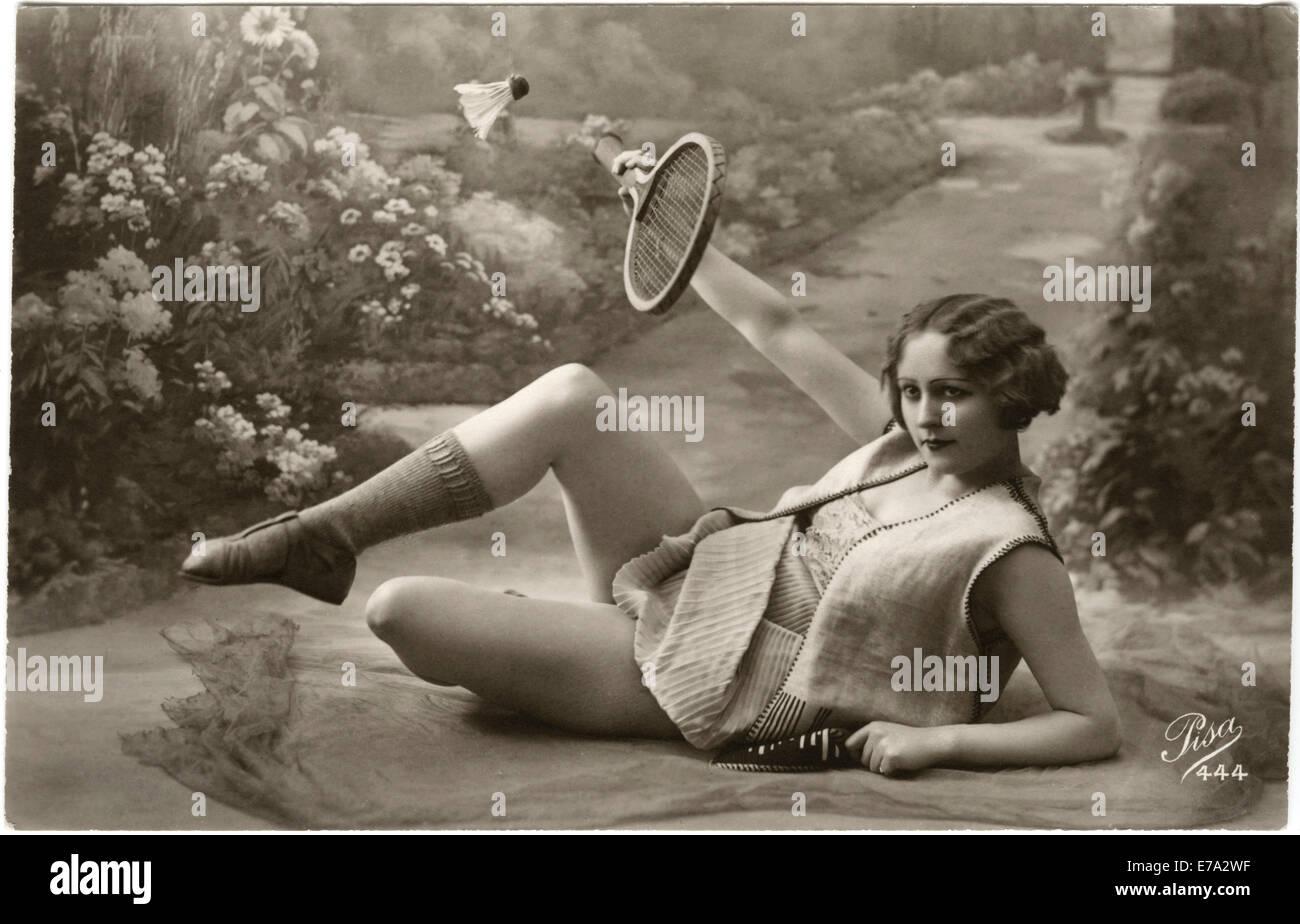 Donna reclinabili a giocare a badminton, cartolina francese, circa 1910 Immagini Stock