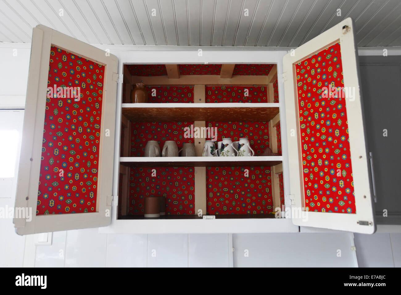 Credenza Con Chiave : White scaletta con soffici sfere in piedi fra credenza e divano