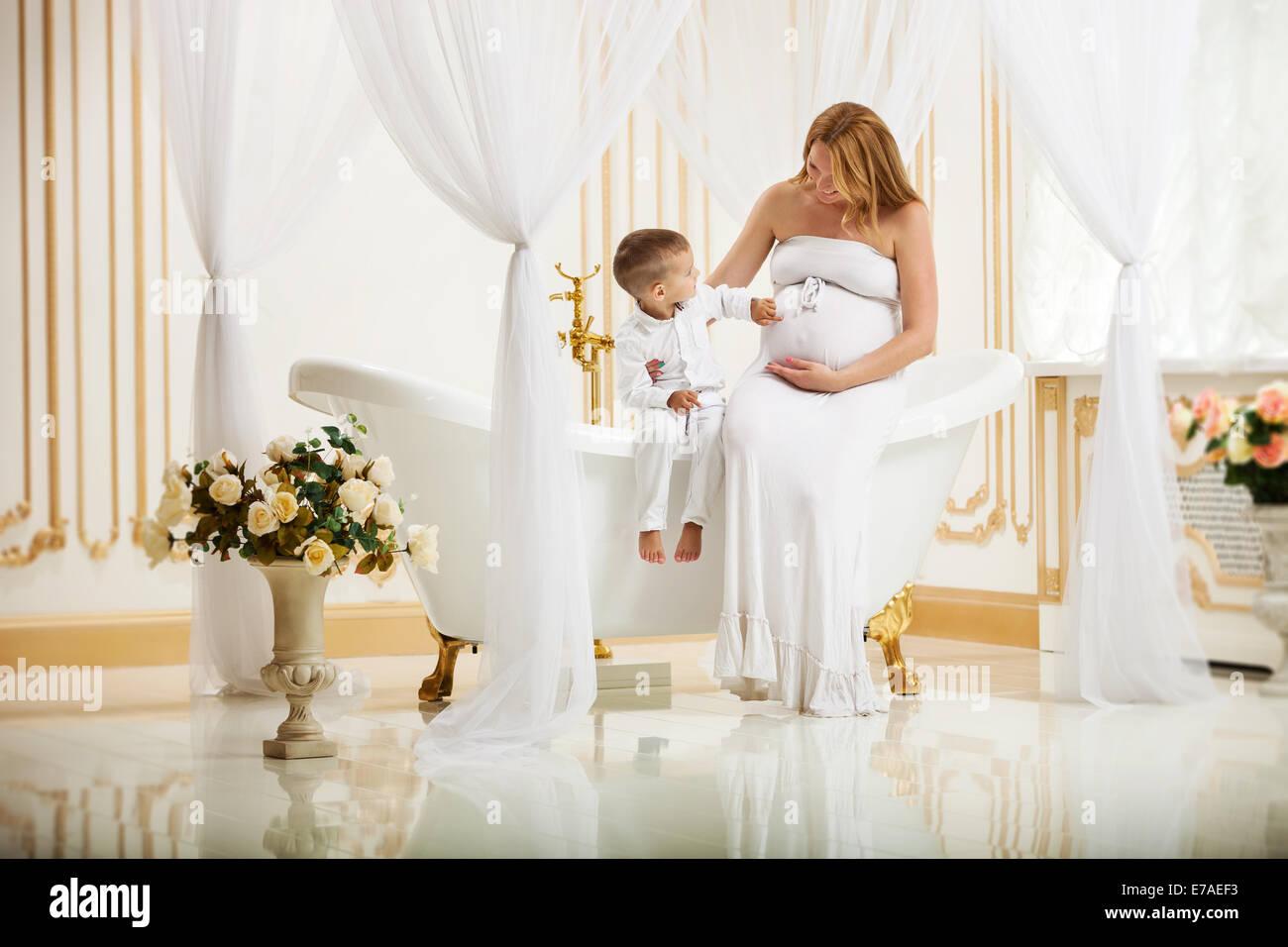 Vasca Da Bagno Gravidanza : Carino piccolo ragazzo di toccare la sua gravidanza madre della