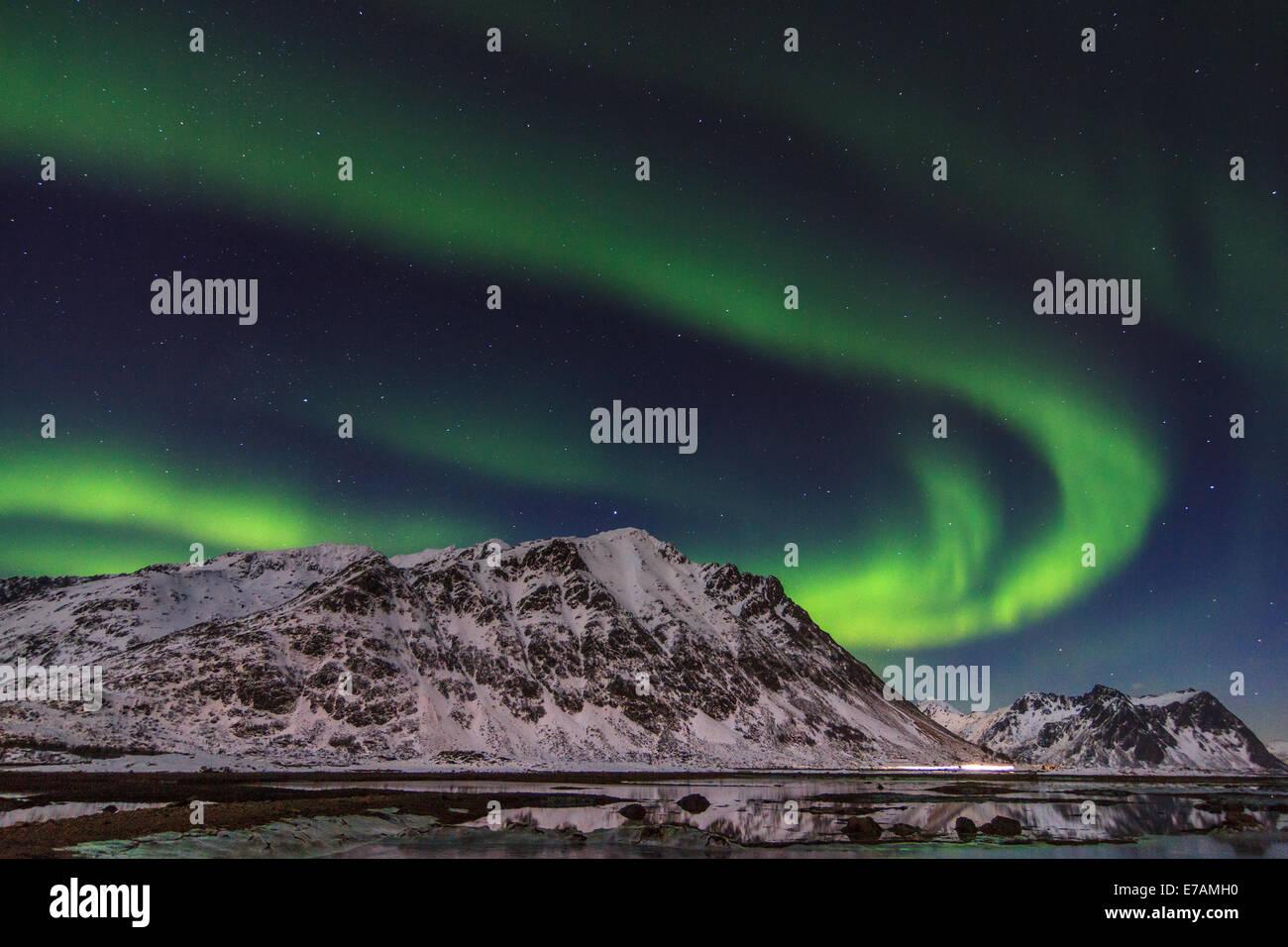 Luci del Nord sui fiordi norvegesi Foto Stock