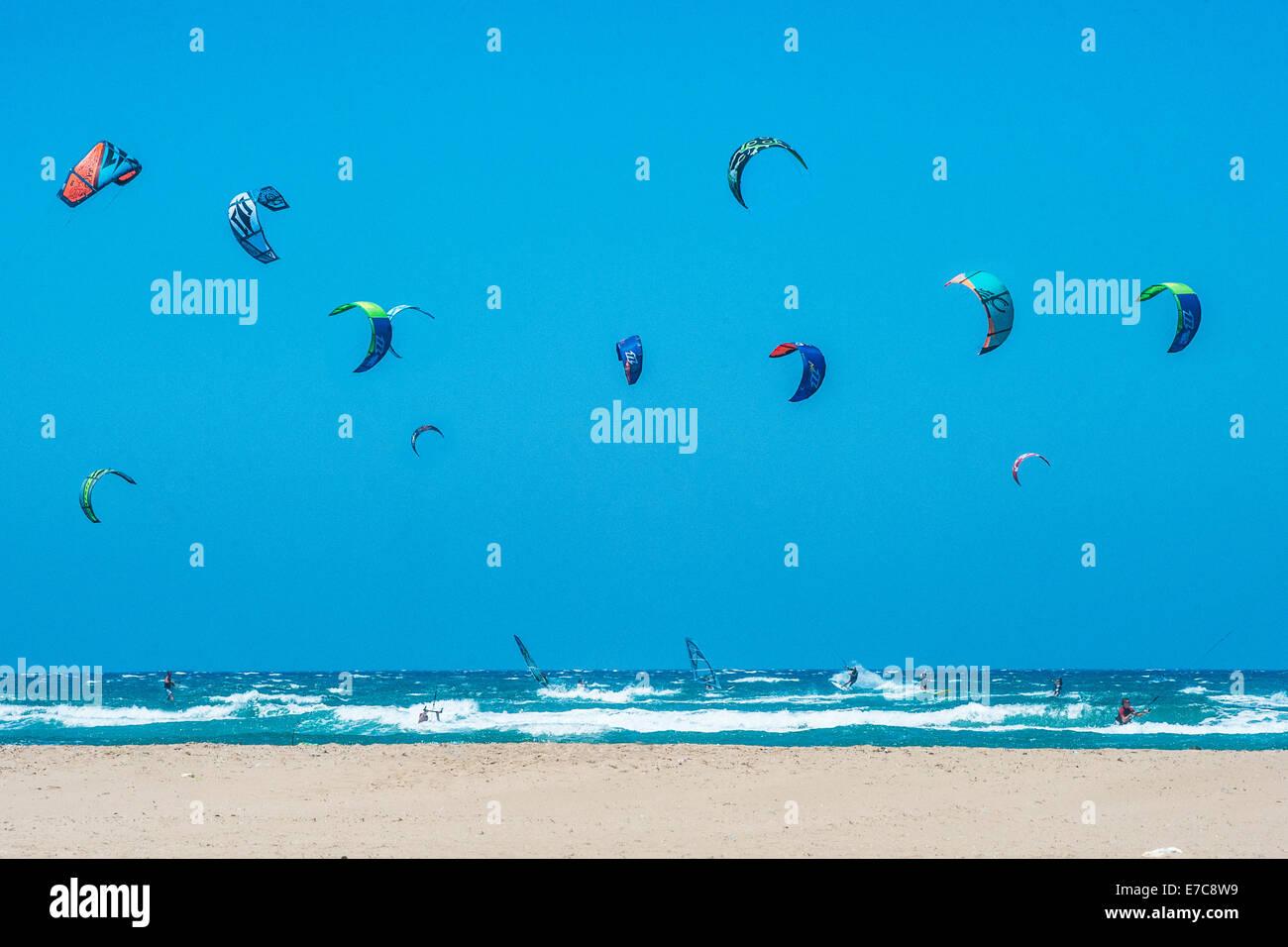 Il kite surf e windsurf a Rodi, Grecia Immagini Stock
