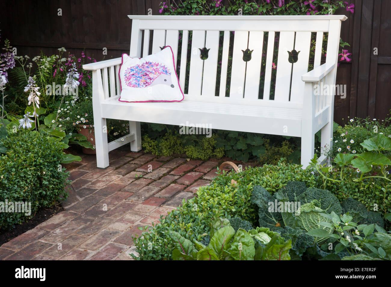 Giardino giardino hedgehog vista della panchina da giardino