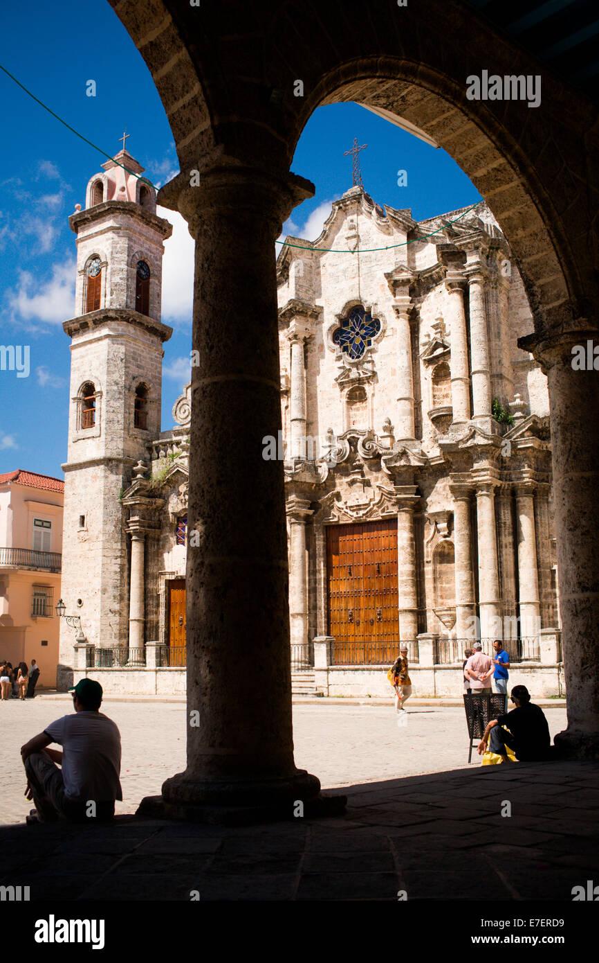 Catedral de la Habana è visibile attraverso archi attraverso la piazza duomo a l'Avana, Cuba. Immagini Stock