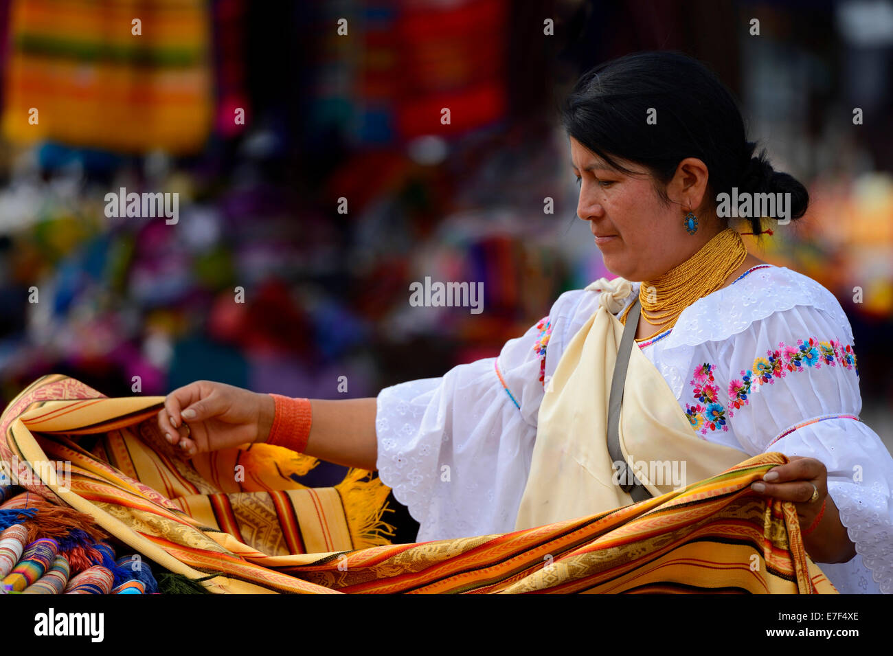 Donna di mercato la vendita di tessuti, Quito, Ecuador, Sud America Immagini Stock