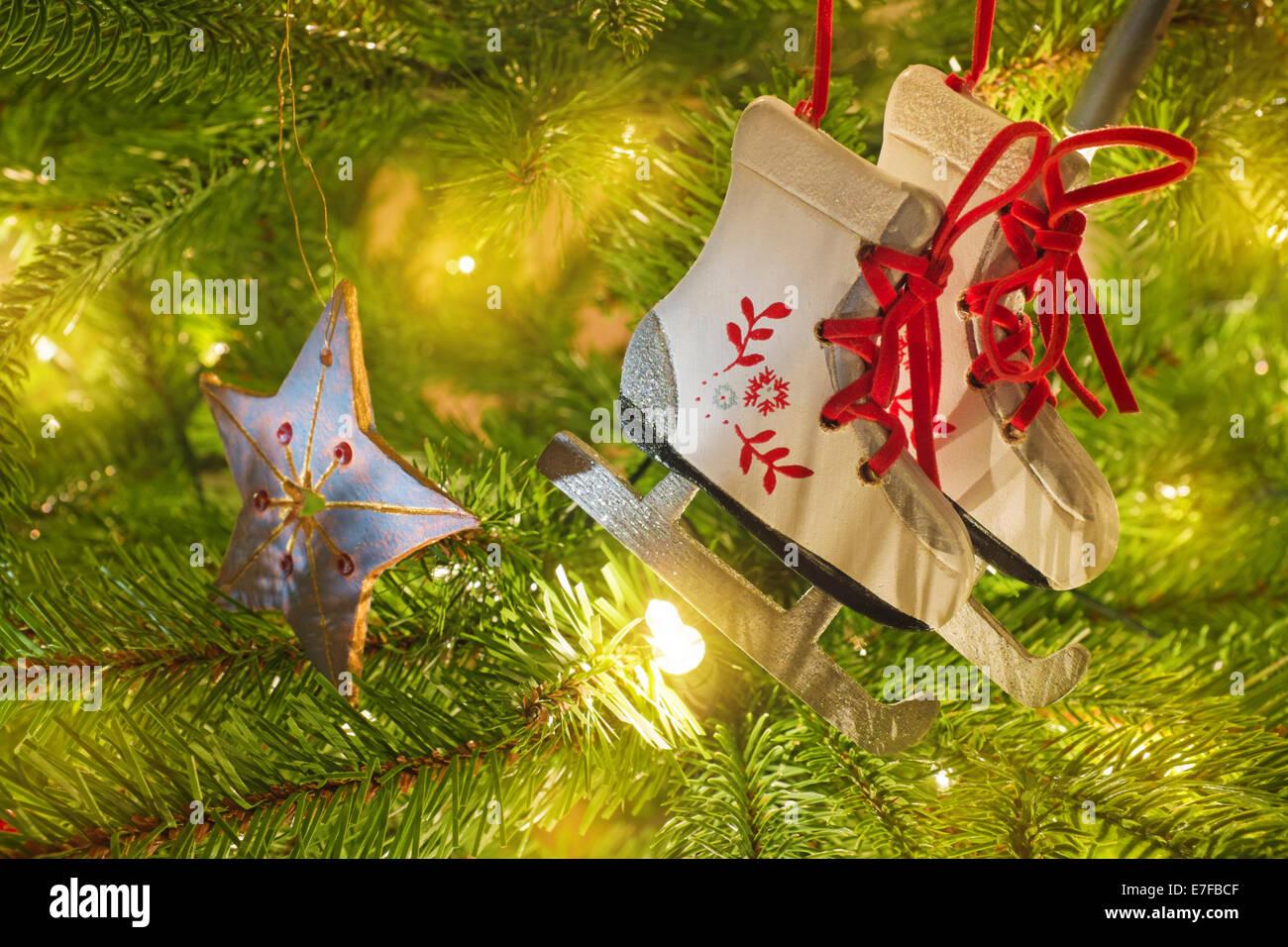 Decorazioni In Legno Per Albero Di Natale : Legno pattini da ghiaccio decorazione per albero di natale foto
