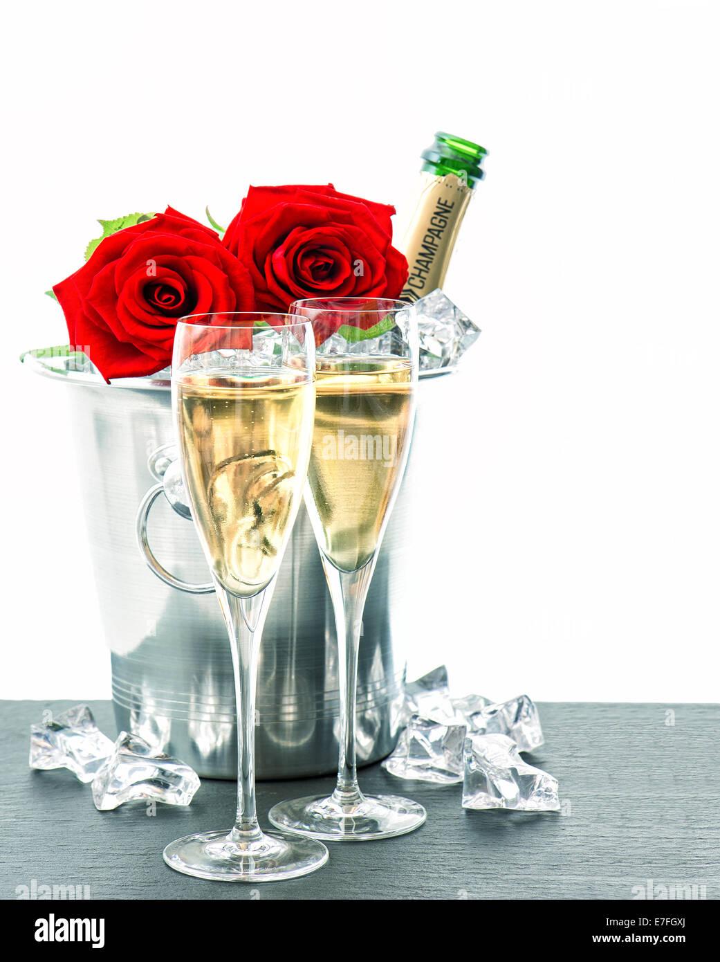 Mazzo Di Fiori E Spumante.Due Bicchieri Bottiglia Di Champagne E Rose Rosse La
