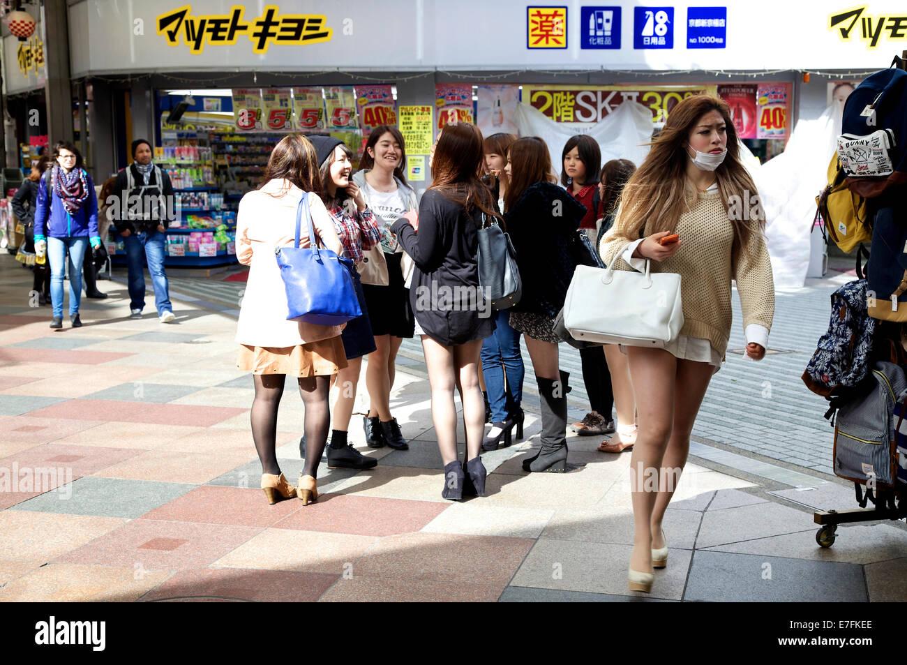 Giovani donne e ragazze, ragazzi adolescenti a Teramachi Shopping Arcade, Kyoto, Giappone, Asia Immagini Stock
