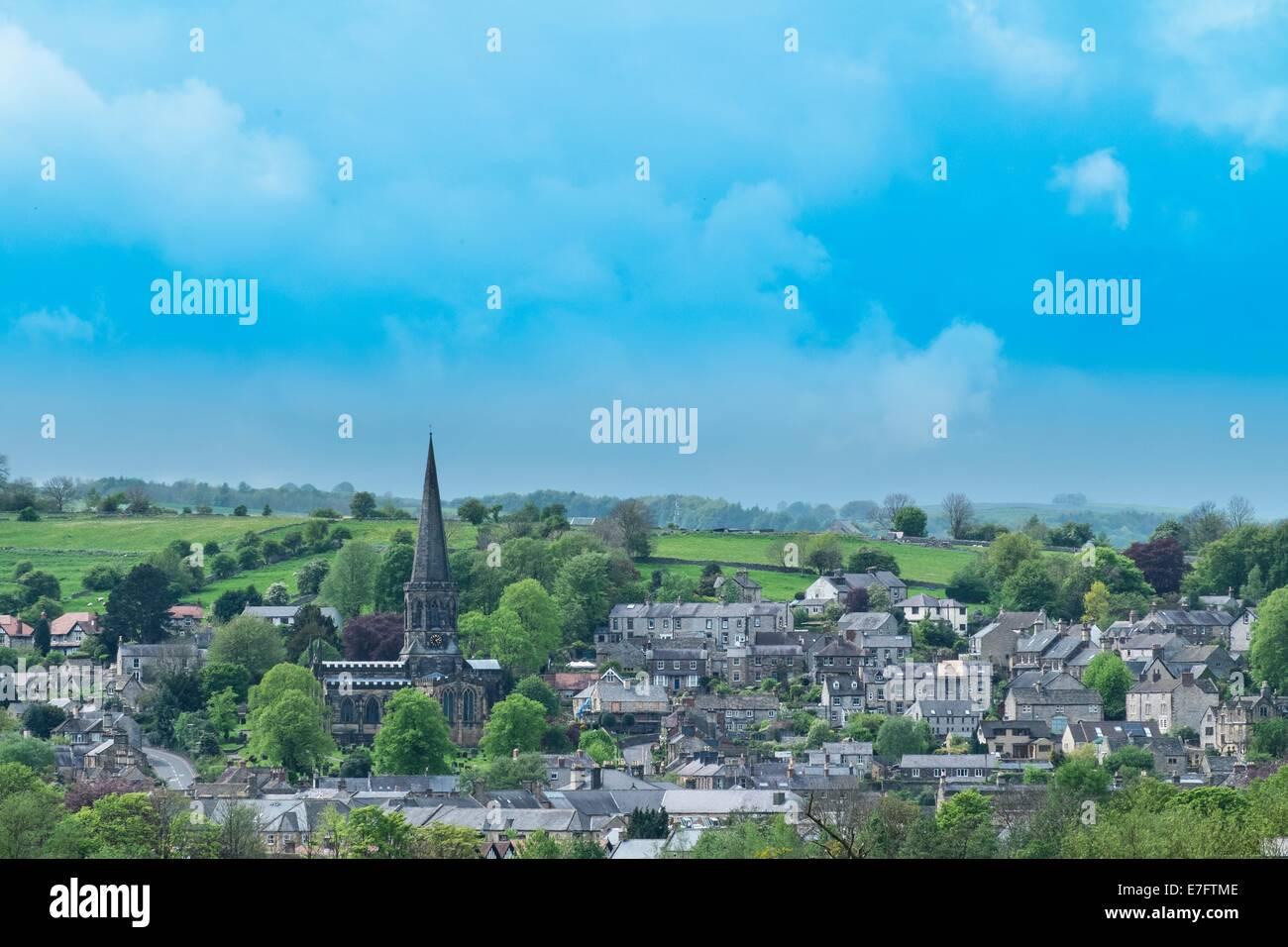 La città di Bakewell mostrante la guglia della chiesa di tutti i Santi, il Parco Nazionale di Peak District, Immagini Stock