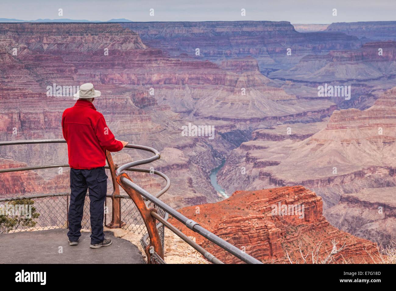 Senior uomo cercando su Hopi Point, il Grand Canyon, Arizona. La messa a fuoco in primo piano. Immagini Stock