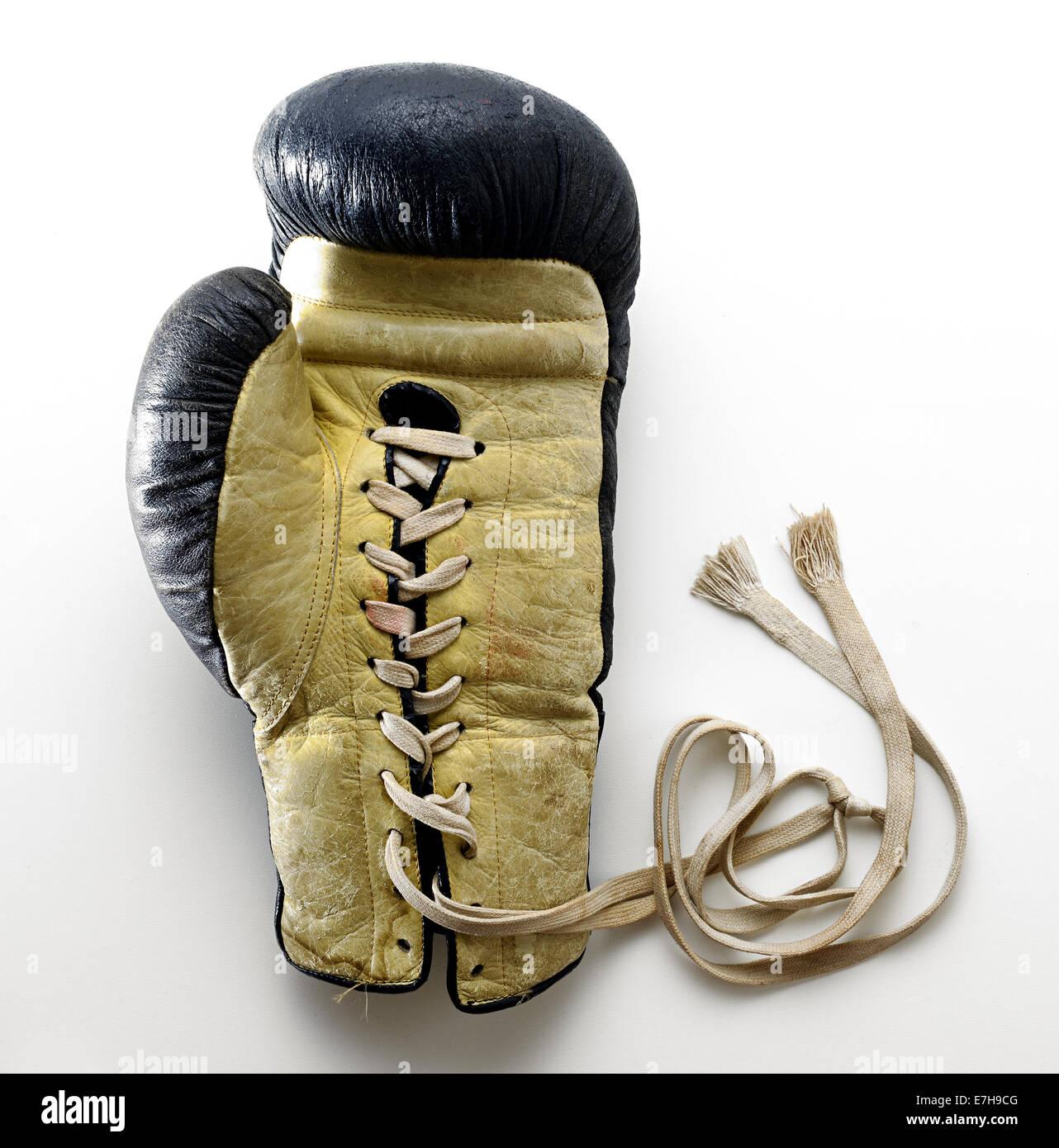 Guanto di boxe giacente su sfondo bianco Immagini Stock