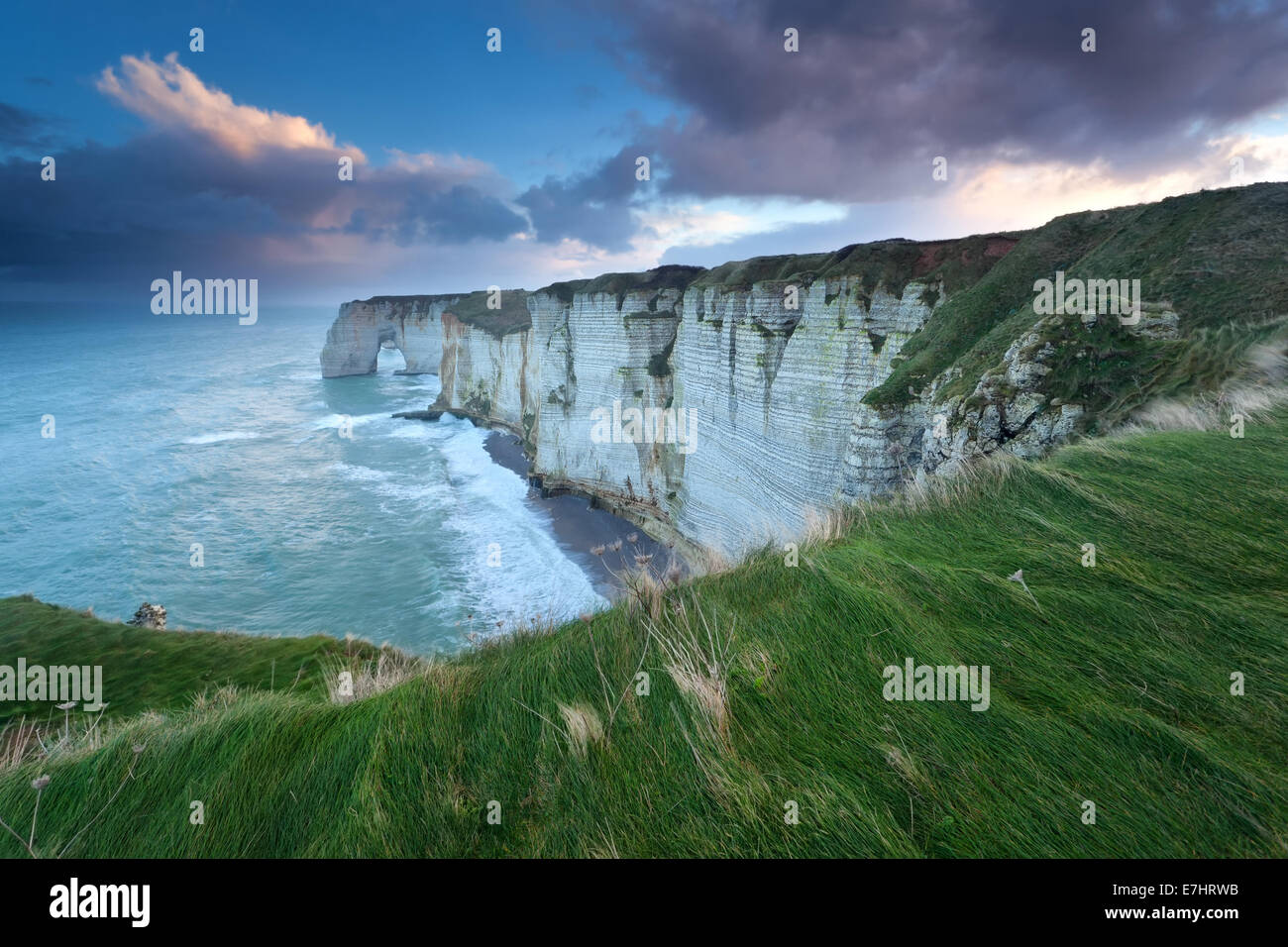 Sunrise oltre oceano Atlantico costa rocciosa, Etretat, Normandia, Francia Immagini Stock