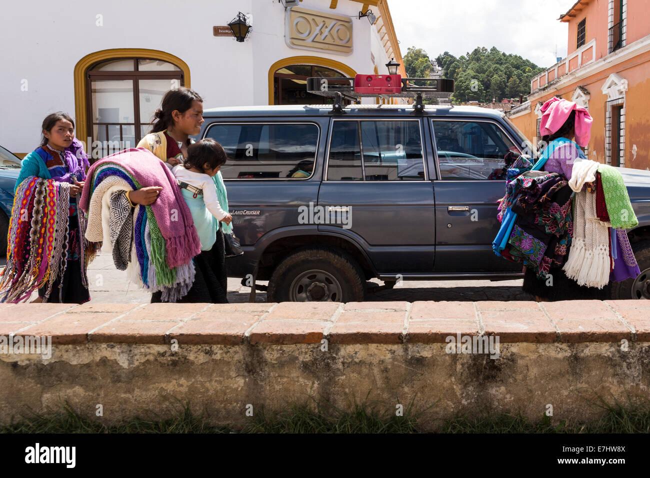 I venditori di souvenir messicano camminando sulla Avenida Insurgentes, San Cristobal de las Casas, Chiapas, Messico Immagini Stock