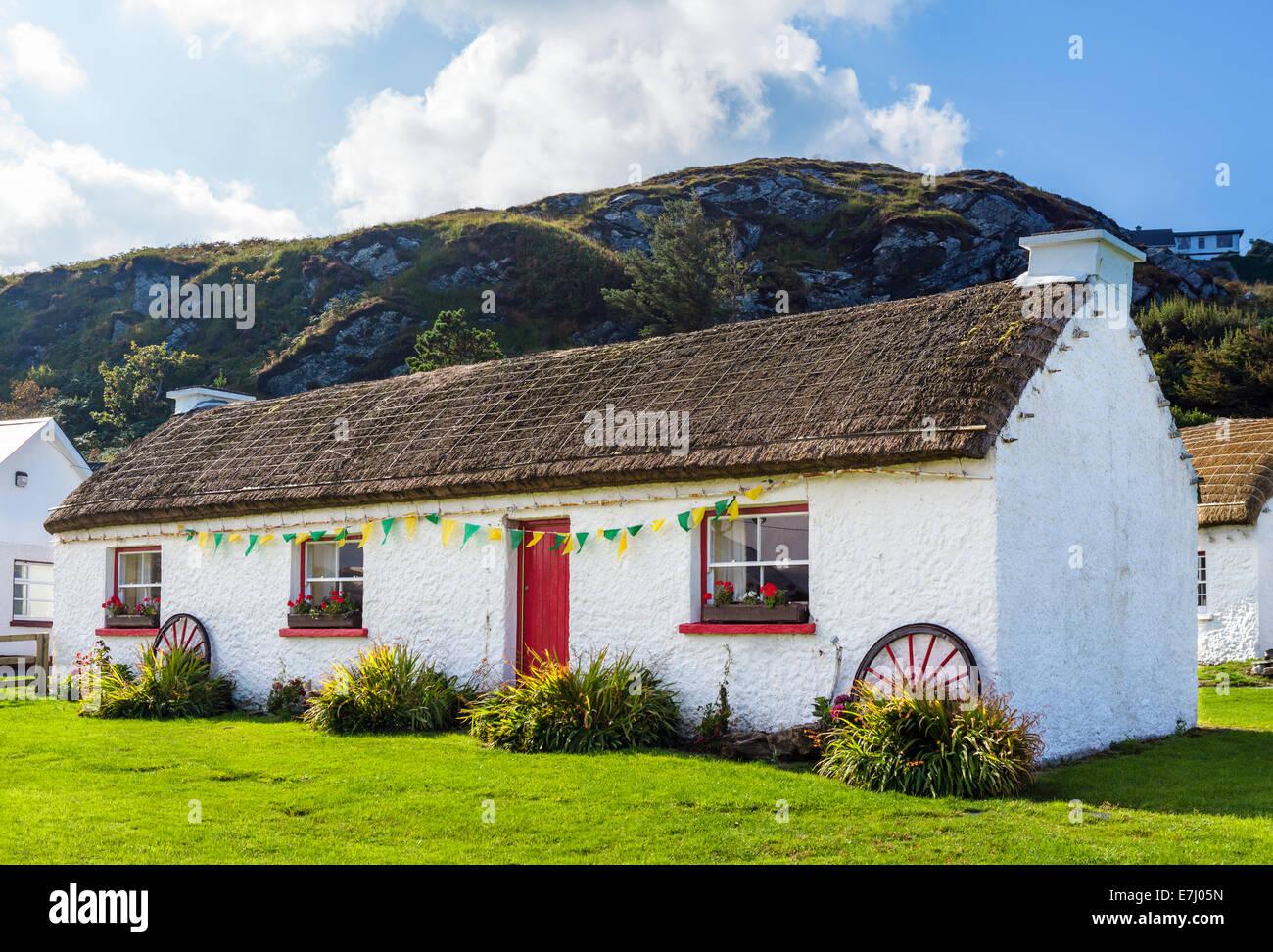Cottage con il tetto di paglia al Folk Village e il centro del patrimonio, Doonalt, Glencolmcille, County Donegal, Immagini Stock
