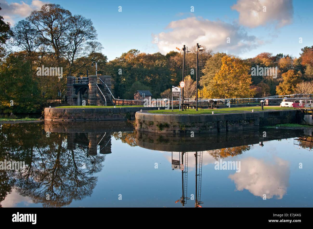 Vale Royal si blocca in autunno sul fiume tessitore Tessitore di navigazione, nei pressi di Whitegate, Cheshire, Immagini Stock