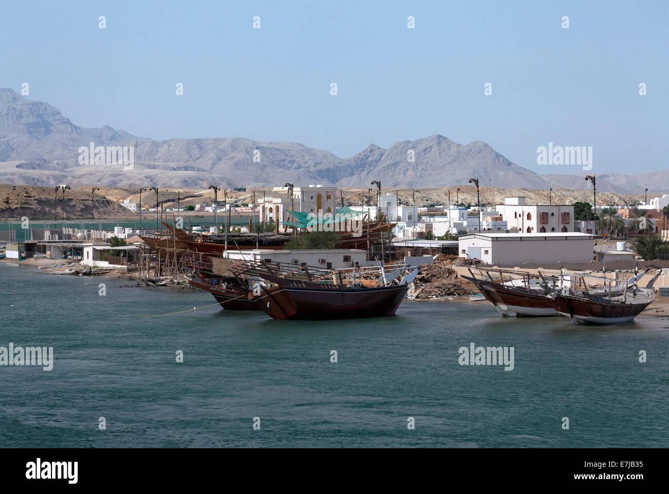 Cantiere per la riparazione di vecchi dhow-navi, Sur, Ash Sharqiyah provincia, il sultanato di Oman, Penisola arabica Immagini Stock