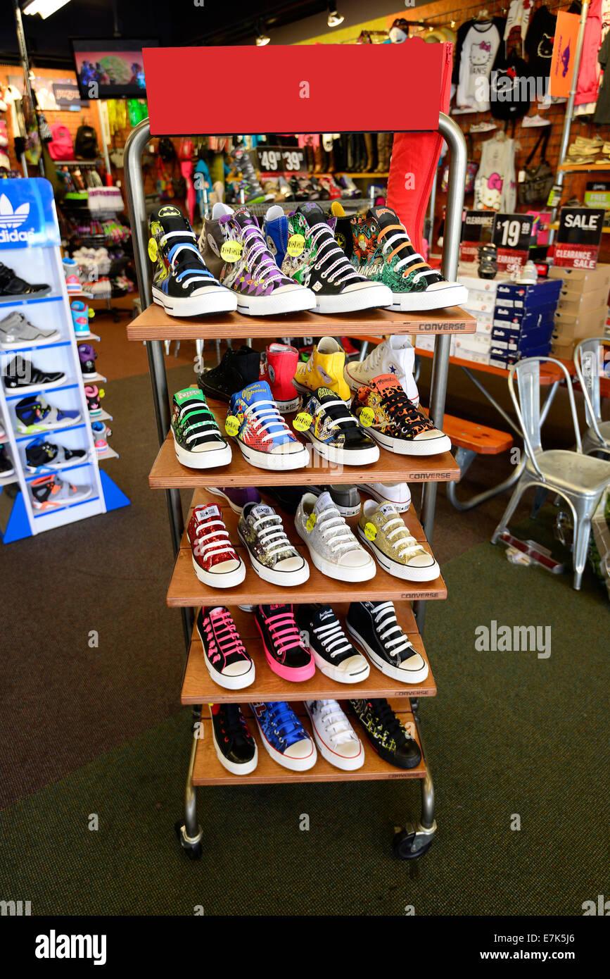 f203f81eb23ef Dislpay di colorate scarpe da tennis in un negozio al dettaglio Immagini  Stock