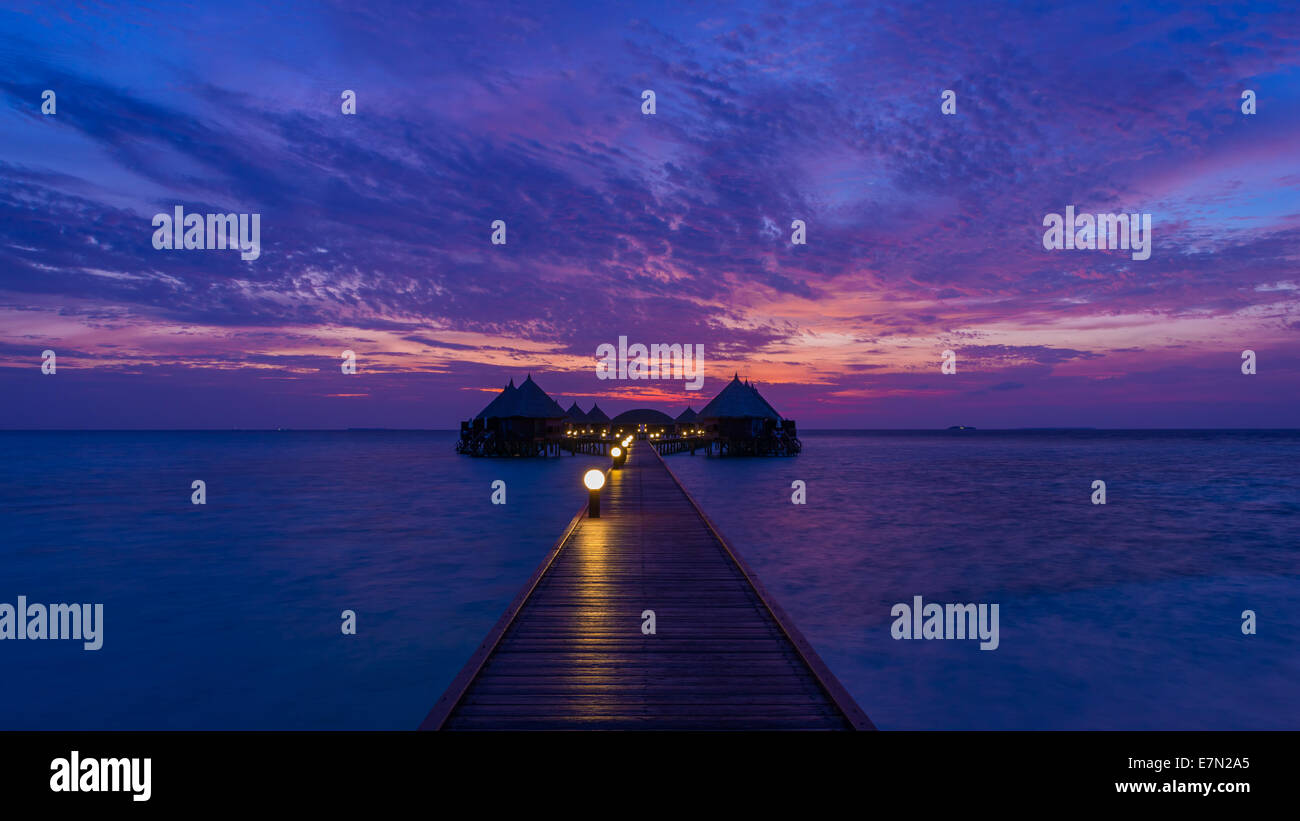 Splendido tramonto sull'oceano. Panorama dell'isola tropicale. Maldive Immagini Stock