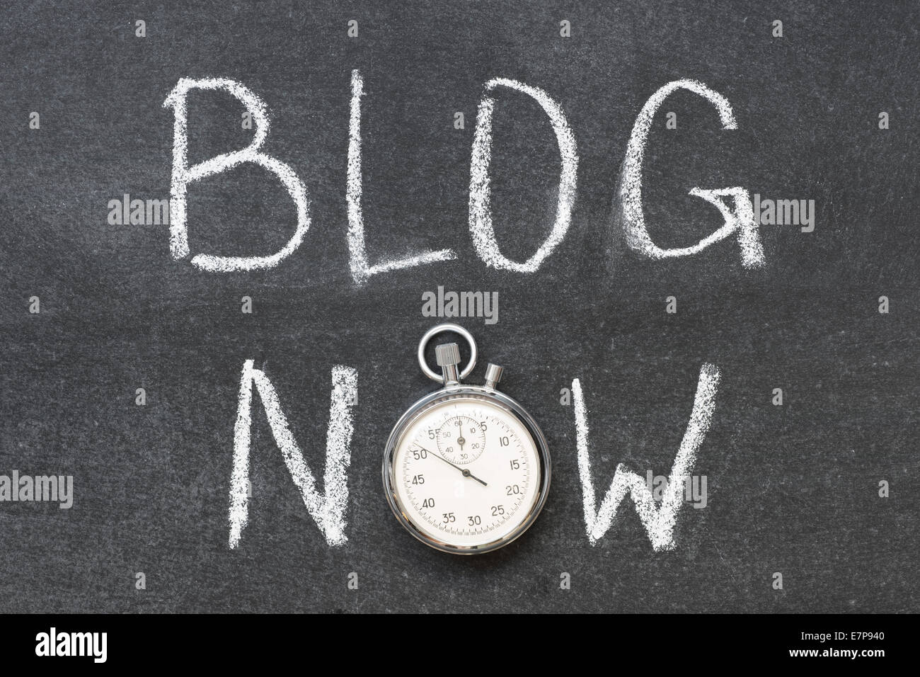 Blog ora concetto manoscritta su lavagna con vintage cronometro preciso utilizzato al posto di o Immagini Stock