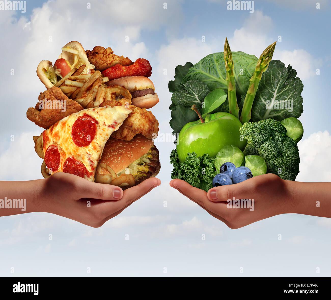 Scelta di nutrizione e dietetica Nozione di decisione e di scelte per mangiare dilemma tra un sano buona frutta Immagini Stock