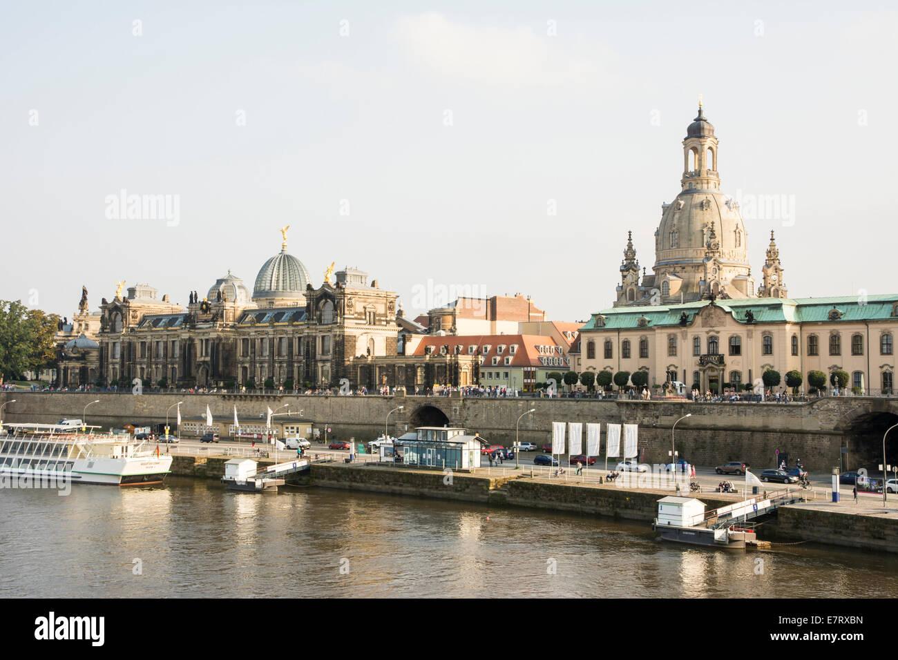 DRESDEN, Germania - 4 settembre: Turisti alla passeggiata lungo il fiume Elba a Dresda, in Germania il 4 settembre Immagini Stock