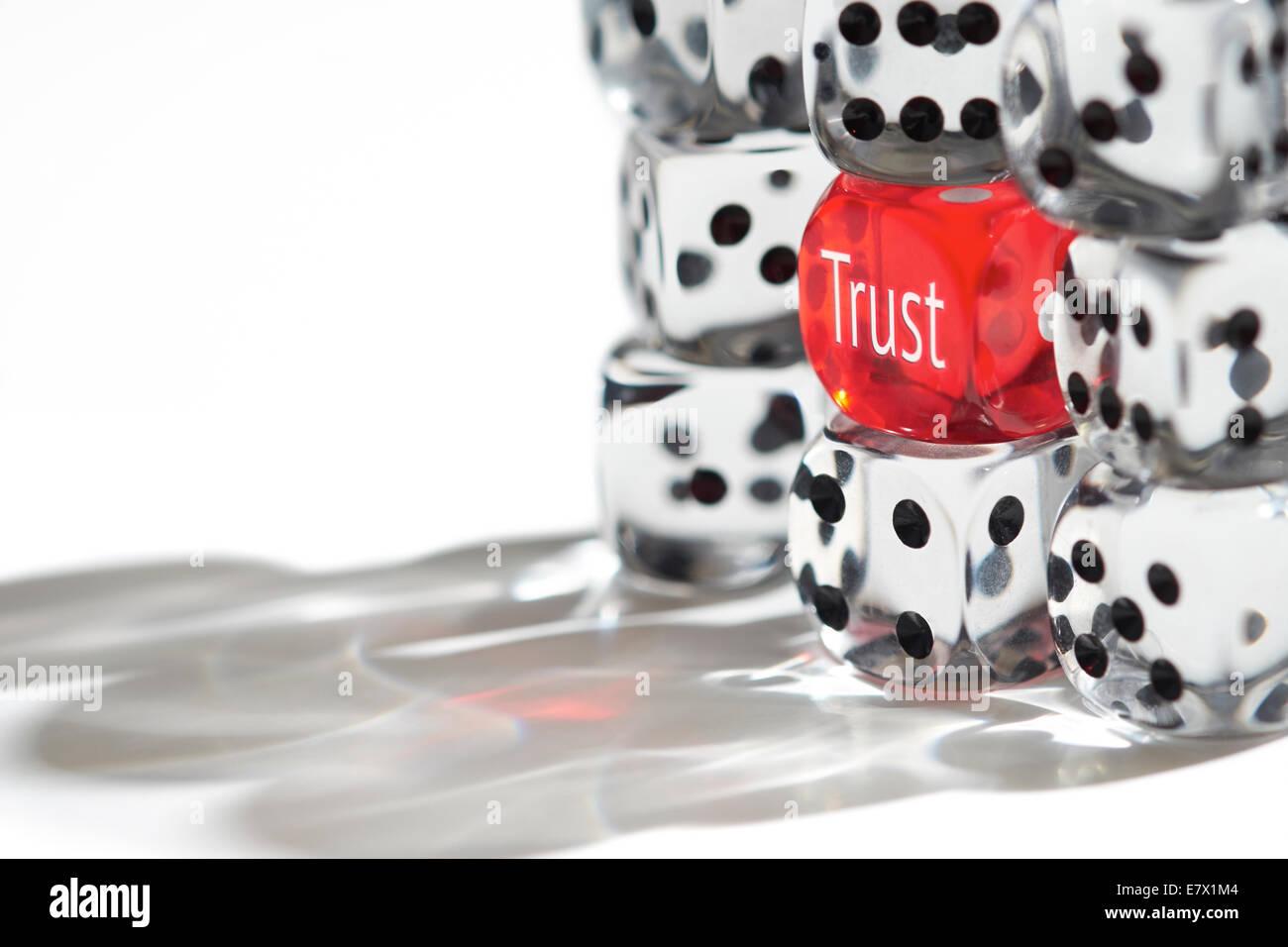 Dadi rossi in piedi fuori dalla folla, il concetto di trust. Immagini Stock