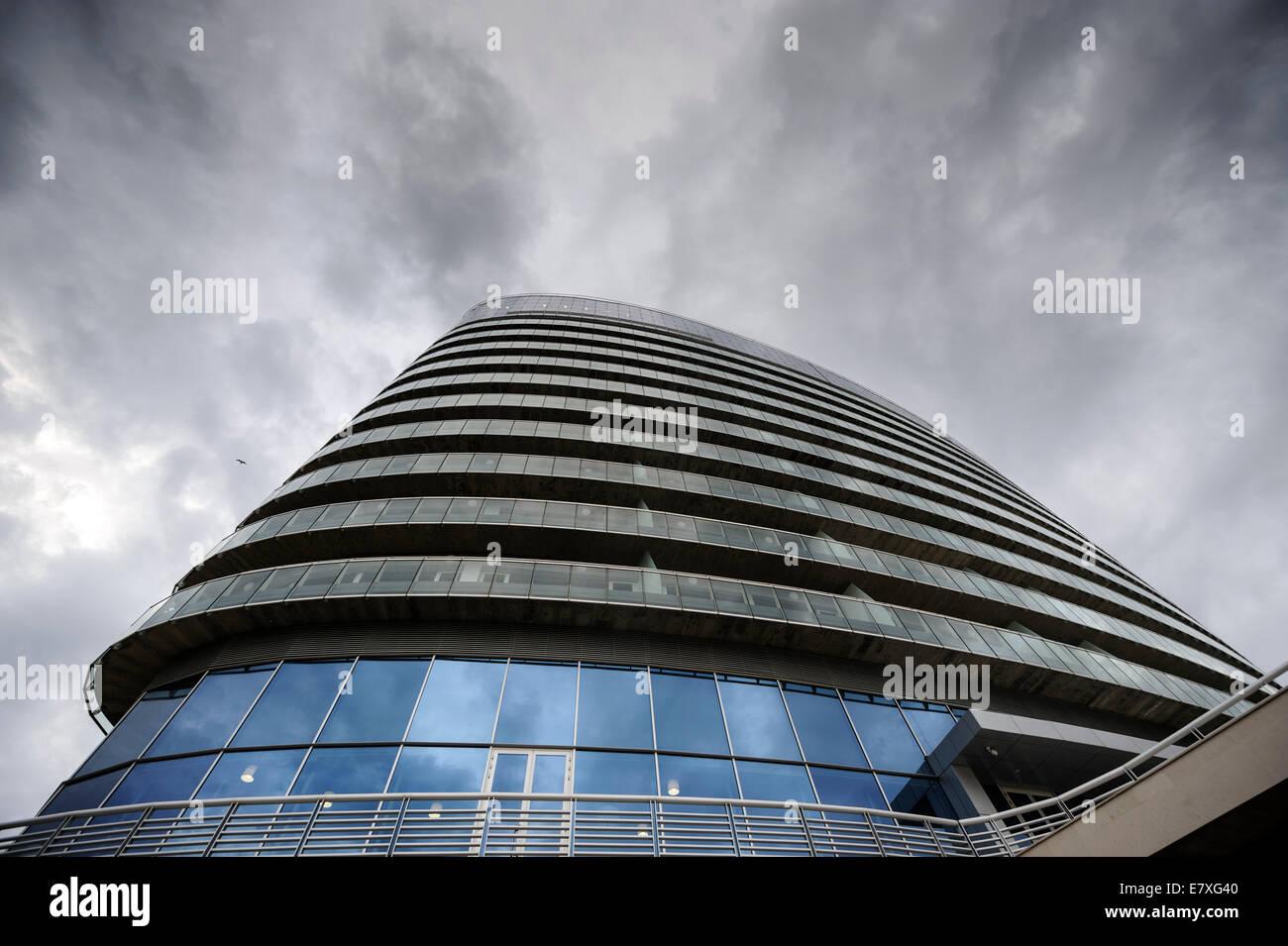 Edificio con architettura moderna e vetro curvo balconi foto