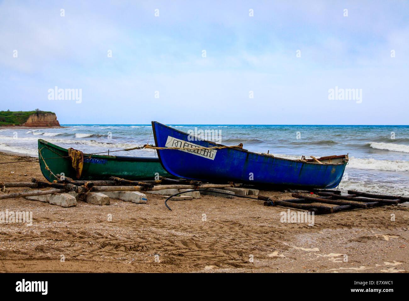 Vecchie barche da pesca sulla riva vicino a Bucarest, Romania Immagini Stock