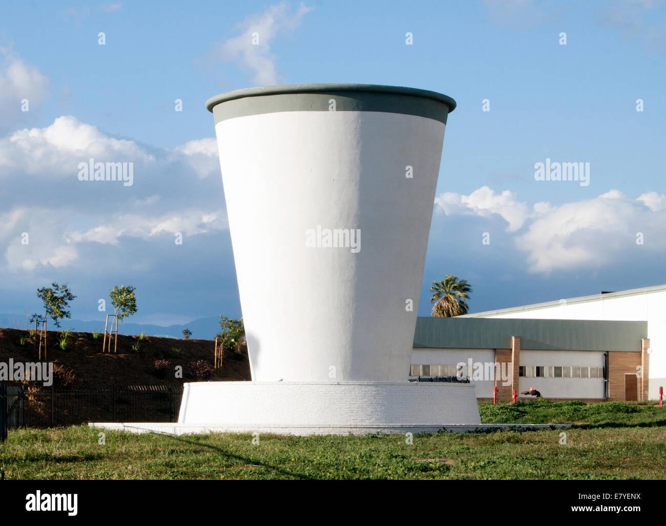 Gigante di Coppa di carta in una fabbrica in Riverside California Immagini Stock
