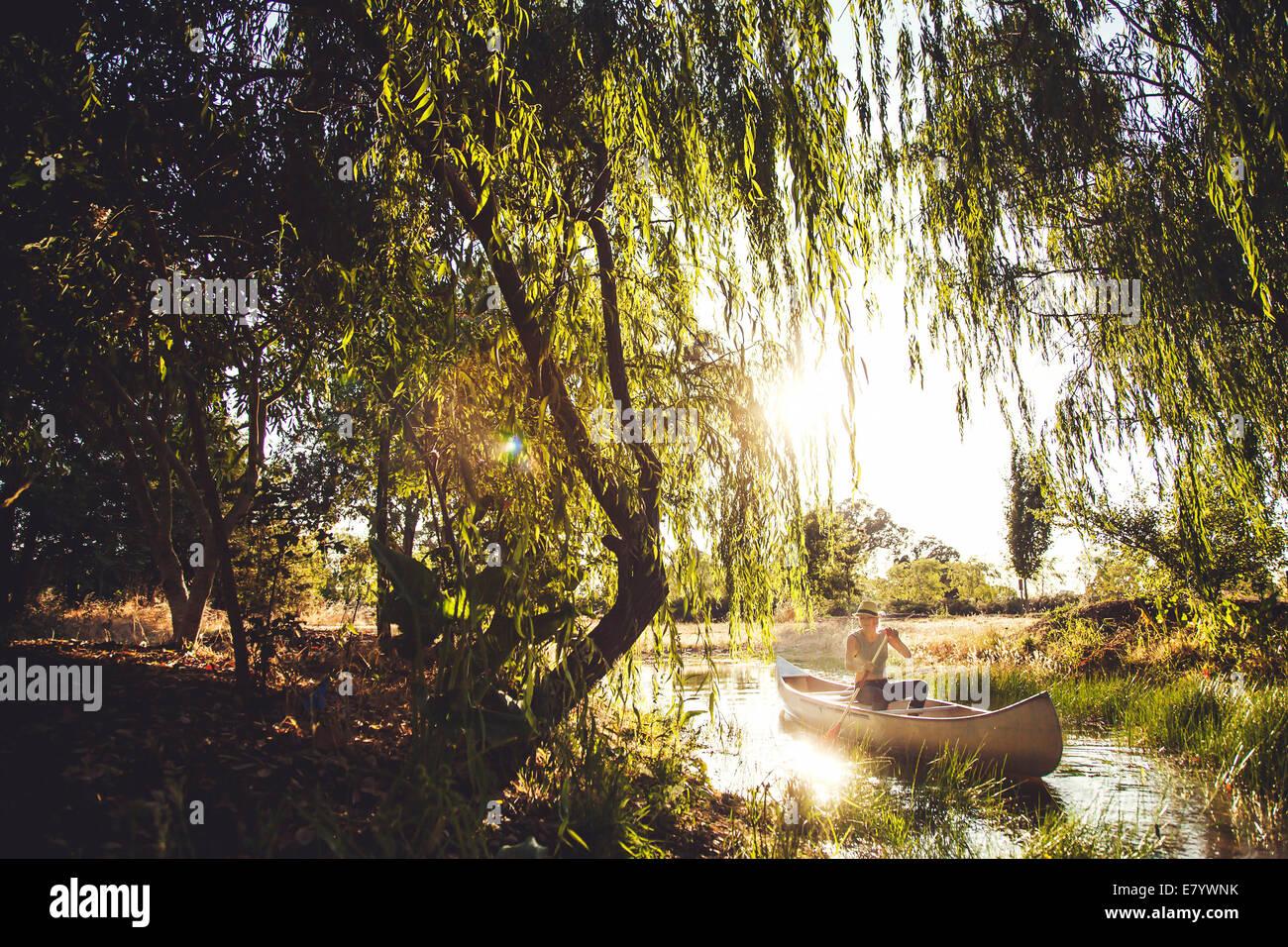 Donna in canoa Foto Stock