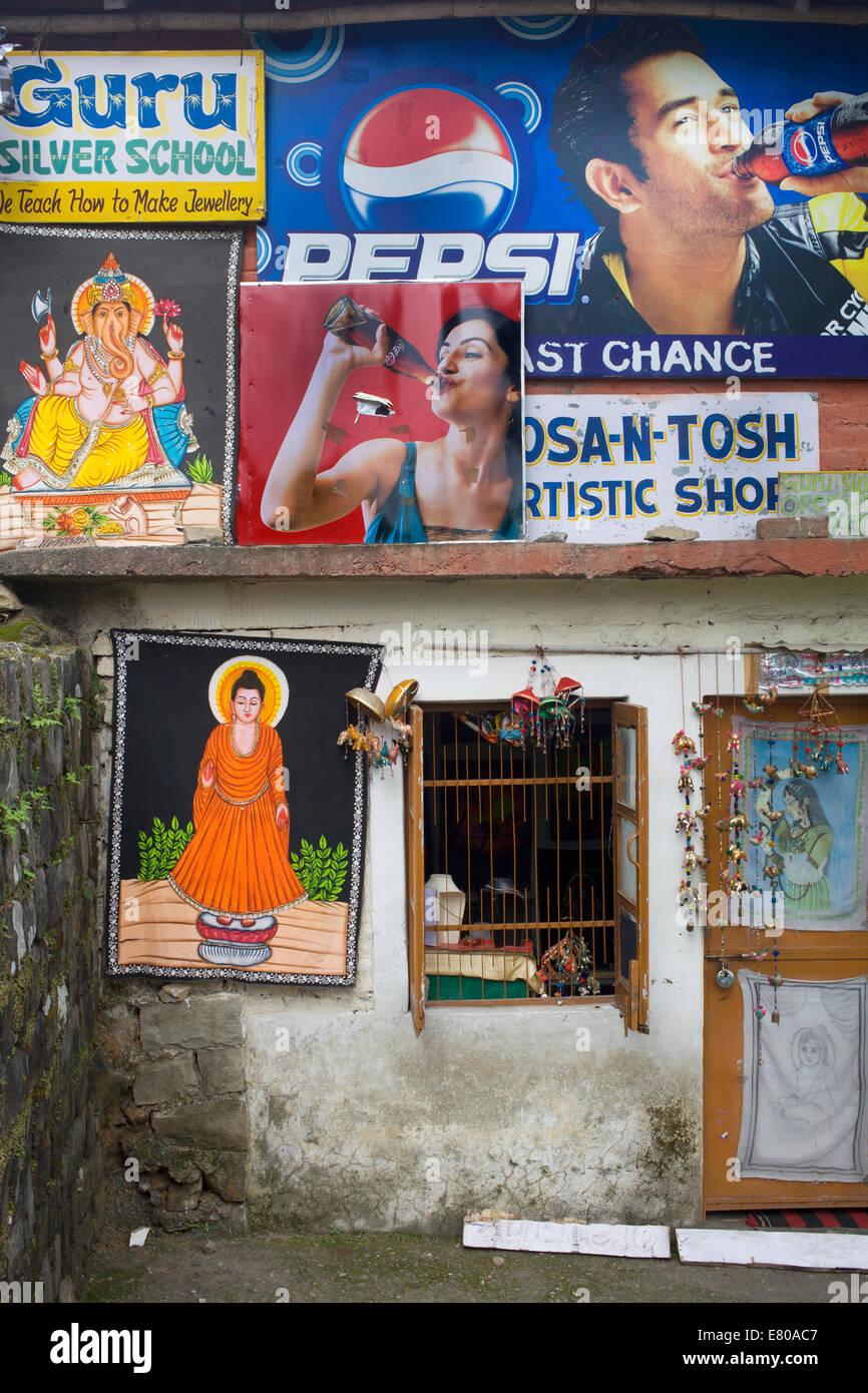 Shop e pubblicità in Dharamsala, distretto di Kangra, Himachal Pradesh, India, Asia del Sud Immagini Stock