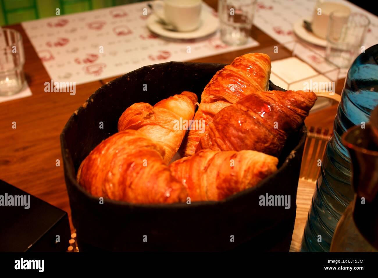 La prima colazione continentale a un tavolo a Barcellona Immagini Stock