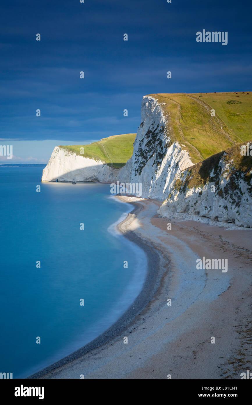 Alba sulle scogliere della Jurassic Coast vicino alla porta di Durdle, Dorset, Inghilterra Immagini Stock