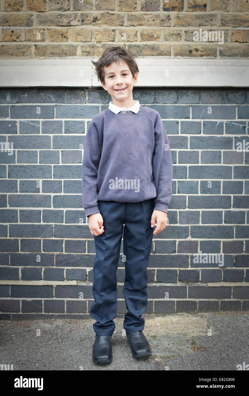 Ritratto di ragazzo nel parco giochi sorridente verso la telecamera Immagini Stock