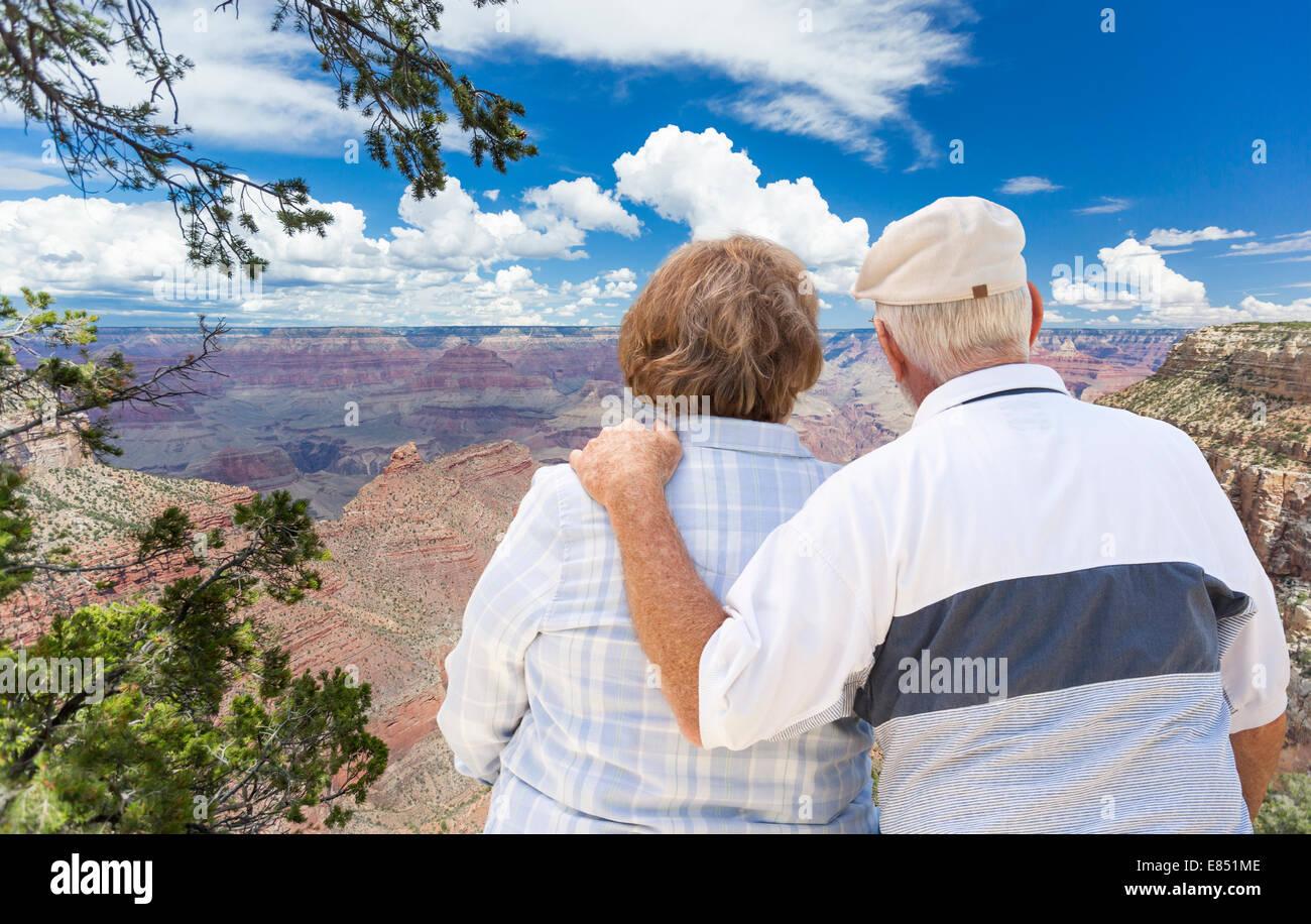 Felice, abbracciando coppia Senior guardando verso il Grand Canyon. Immagini Stock