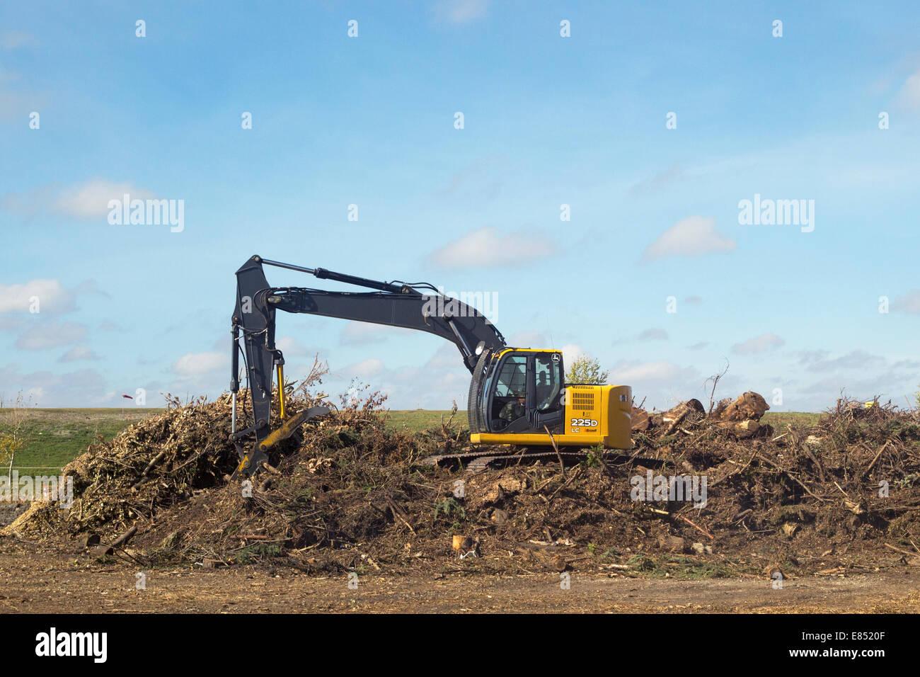 Riducendo in concime organico di andana di alberi per il telone a Shepard rifiuti Facility Management. Immagini Stock