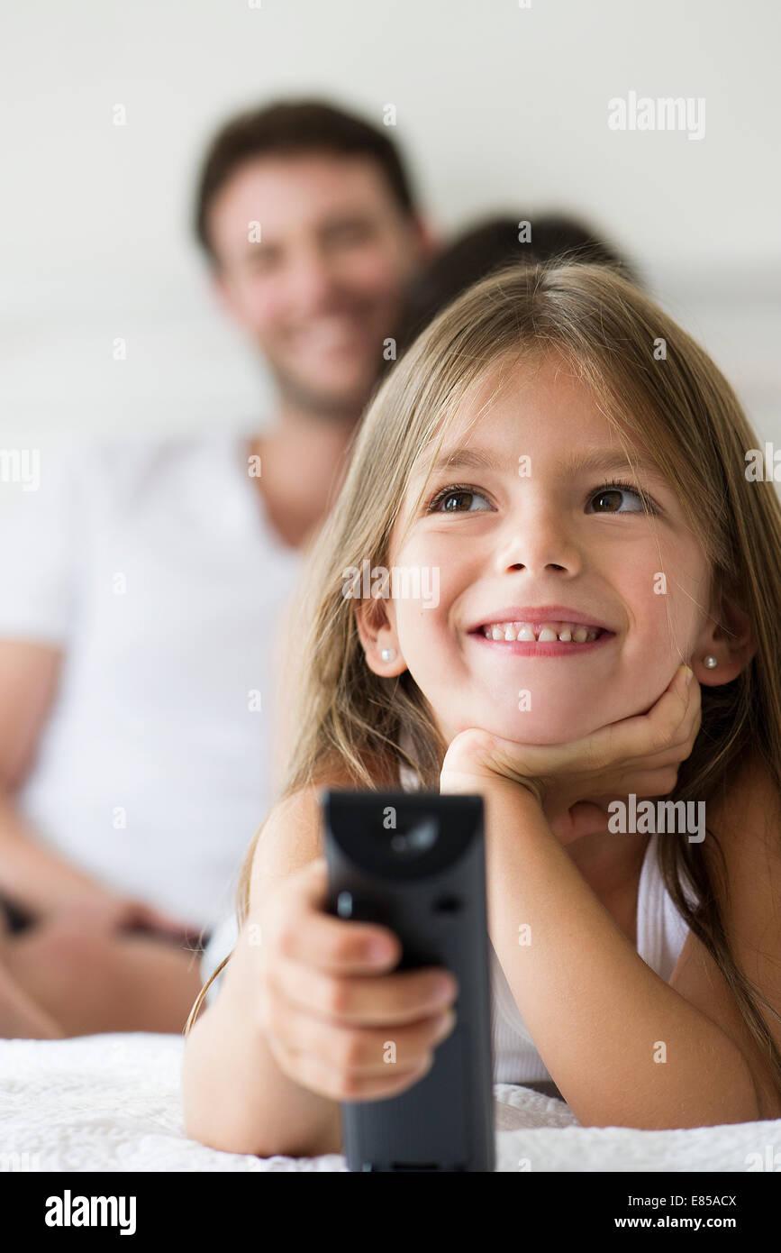 Little Girl holding di controllo remoto Immagini Stock