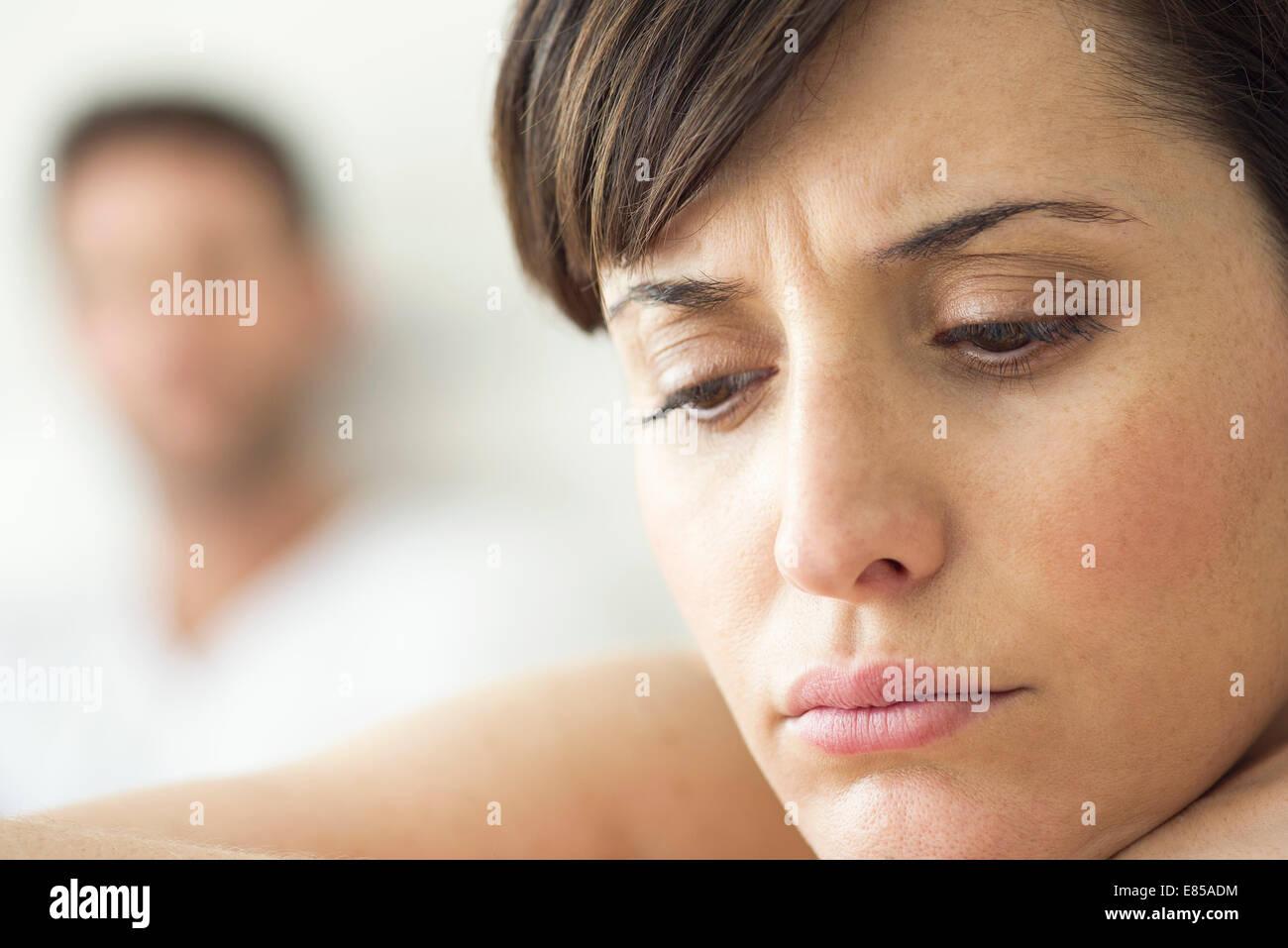 Donna contemplativa e ritirata dopo il disaccordo con il marito Immagini Stock