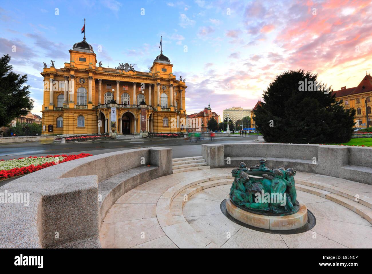 Zagabria, il teatro nazionale di tramonto. Immagini Stock