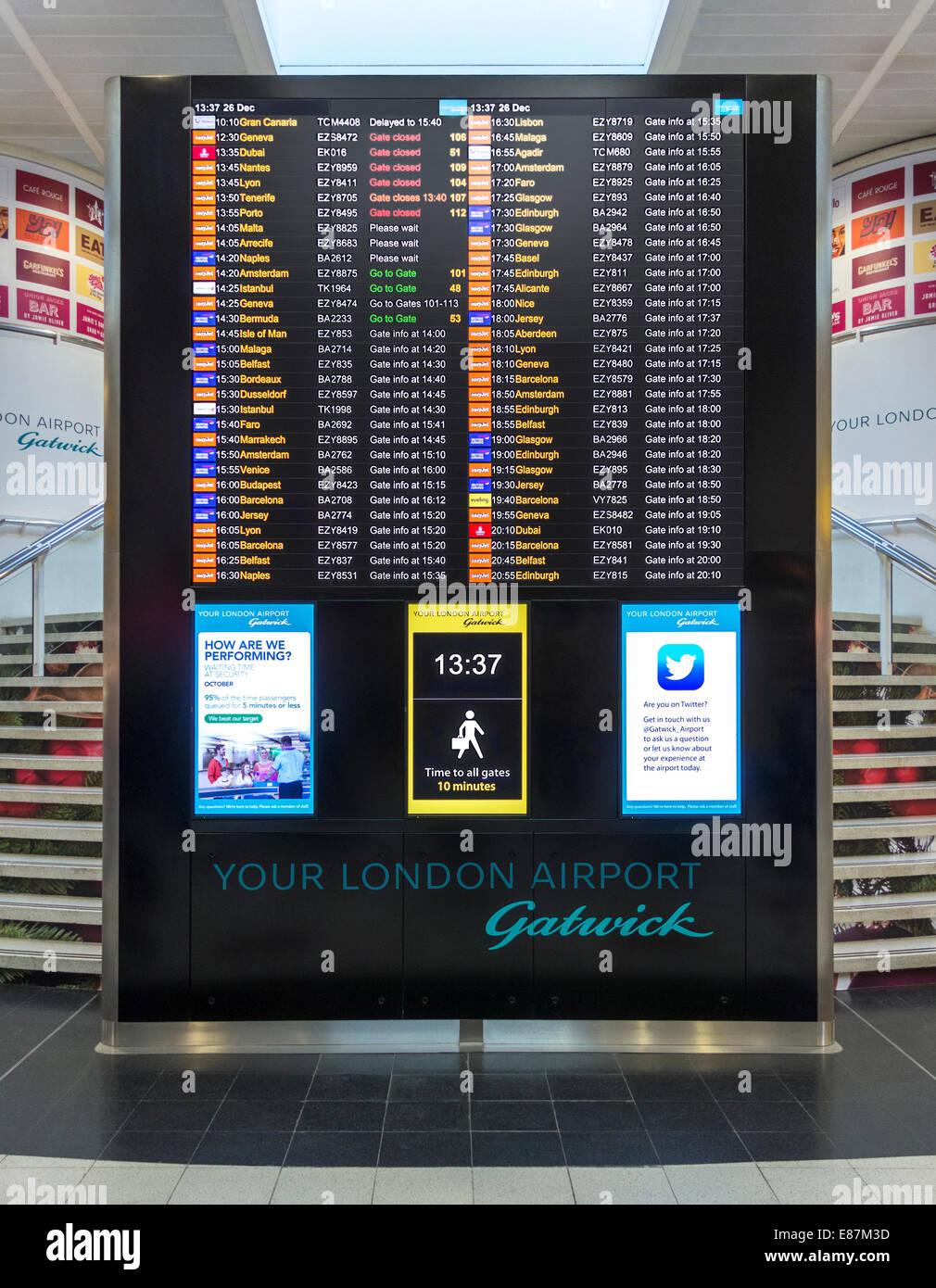 Londra Gatwick North Terminal gates info e orari di partenza scheda. Distanze a piedi segno, orologio, Twitter annuncio. Immagini Stock