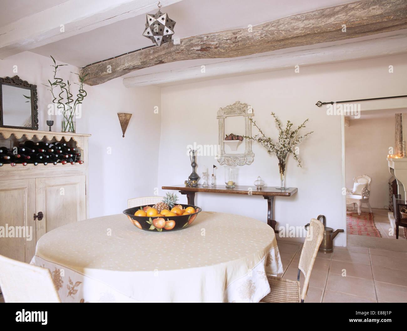 Tavolo Da Pranzo In Francese : Piccolo paese francese sala da pranzo con soffitto con travi a