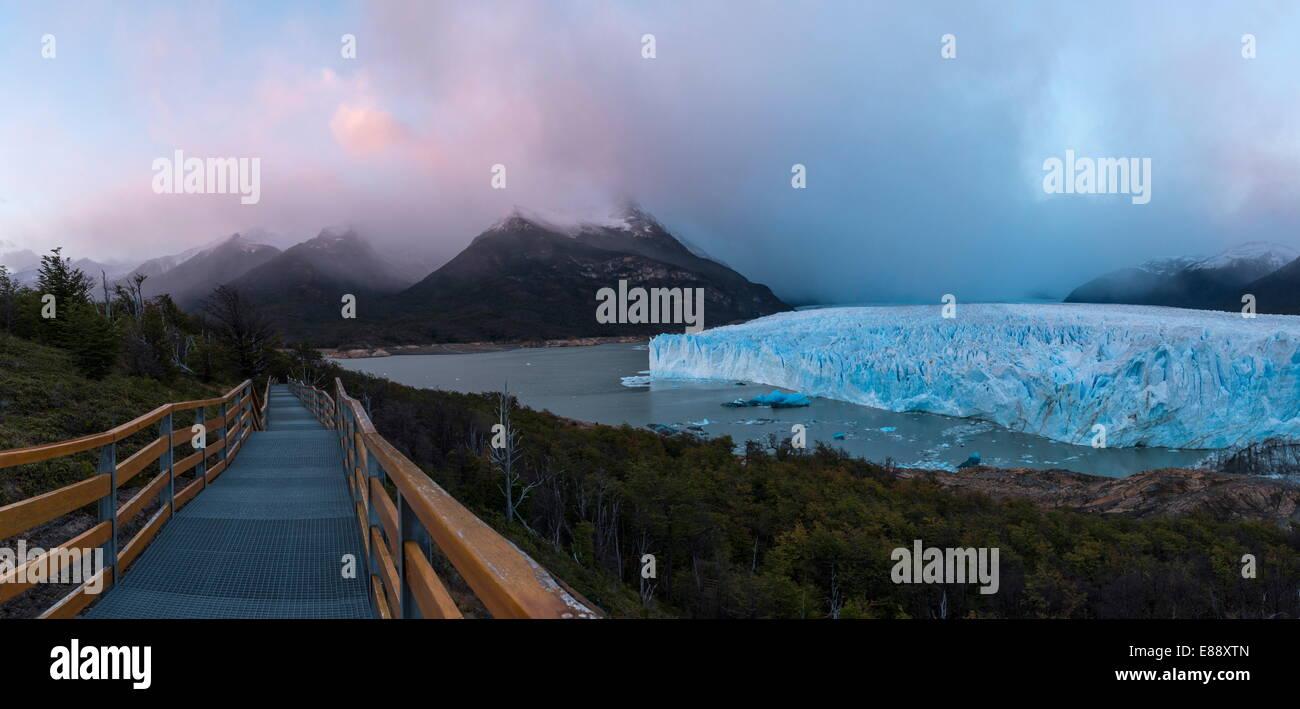 Ghiacciaio Perito Moreno all'alba, parco nazionale Los Glaciares, Sito Patrimonio Mondiale dell'UNESCO, Immagini Stock