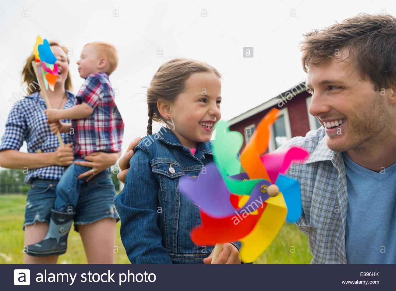 I genitori con bambini holding pinwheels Immagini Stock