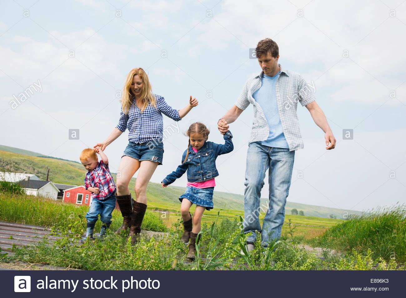 Famiglia passeggiate in campo rurale Immagini Stock