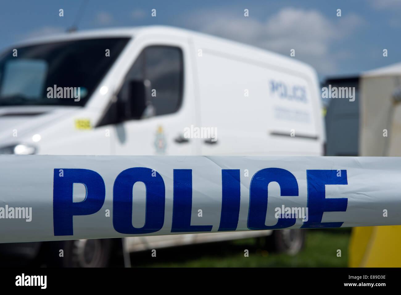Un nastro adesivo chiaro della scena del crimine e polizia britannica van Immagini Stock
