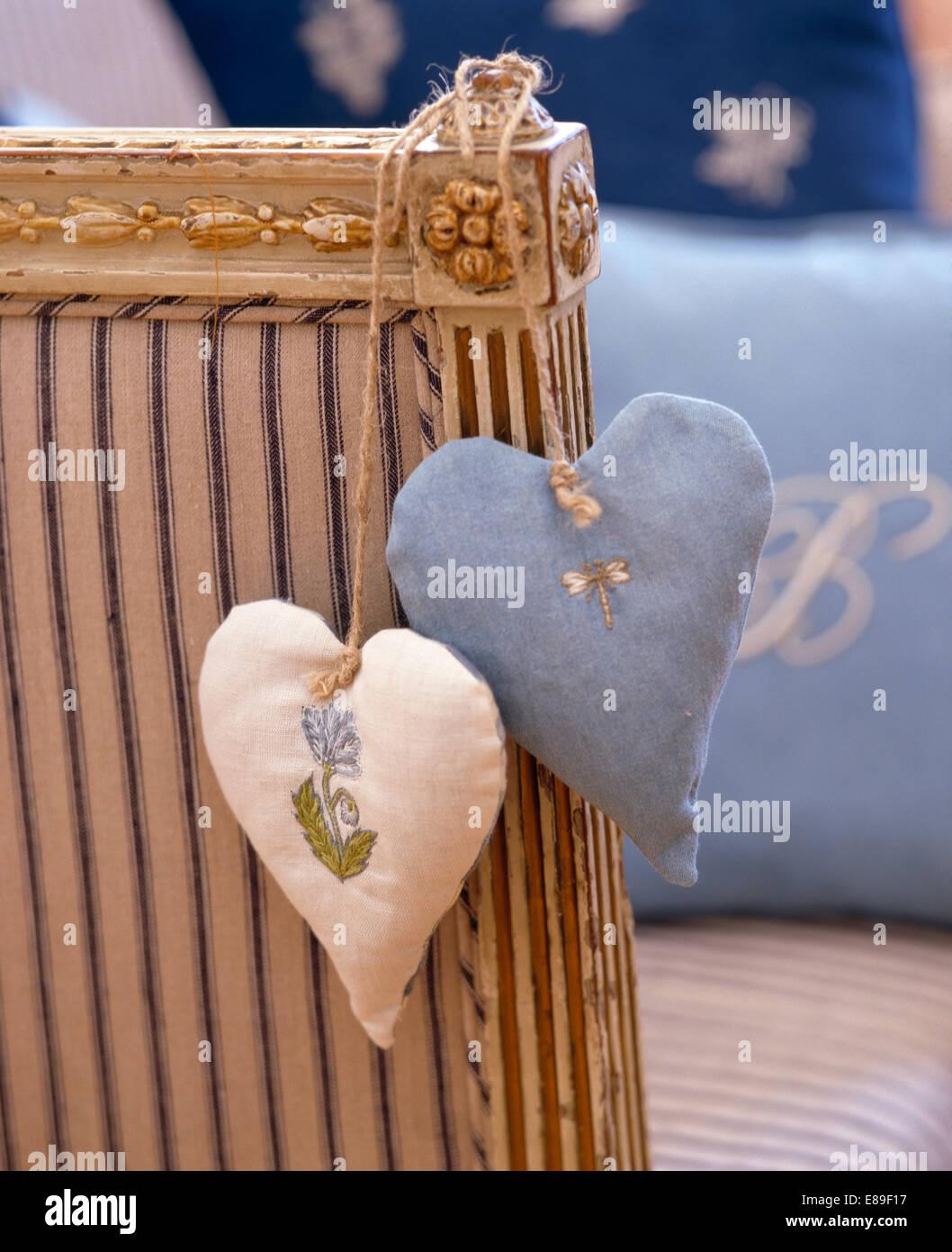 Close-up di blu pallido e bianco a forma di cuore i sacchetti di lavanda Immagini Stock
