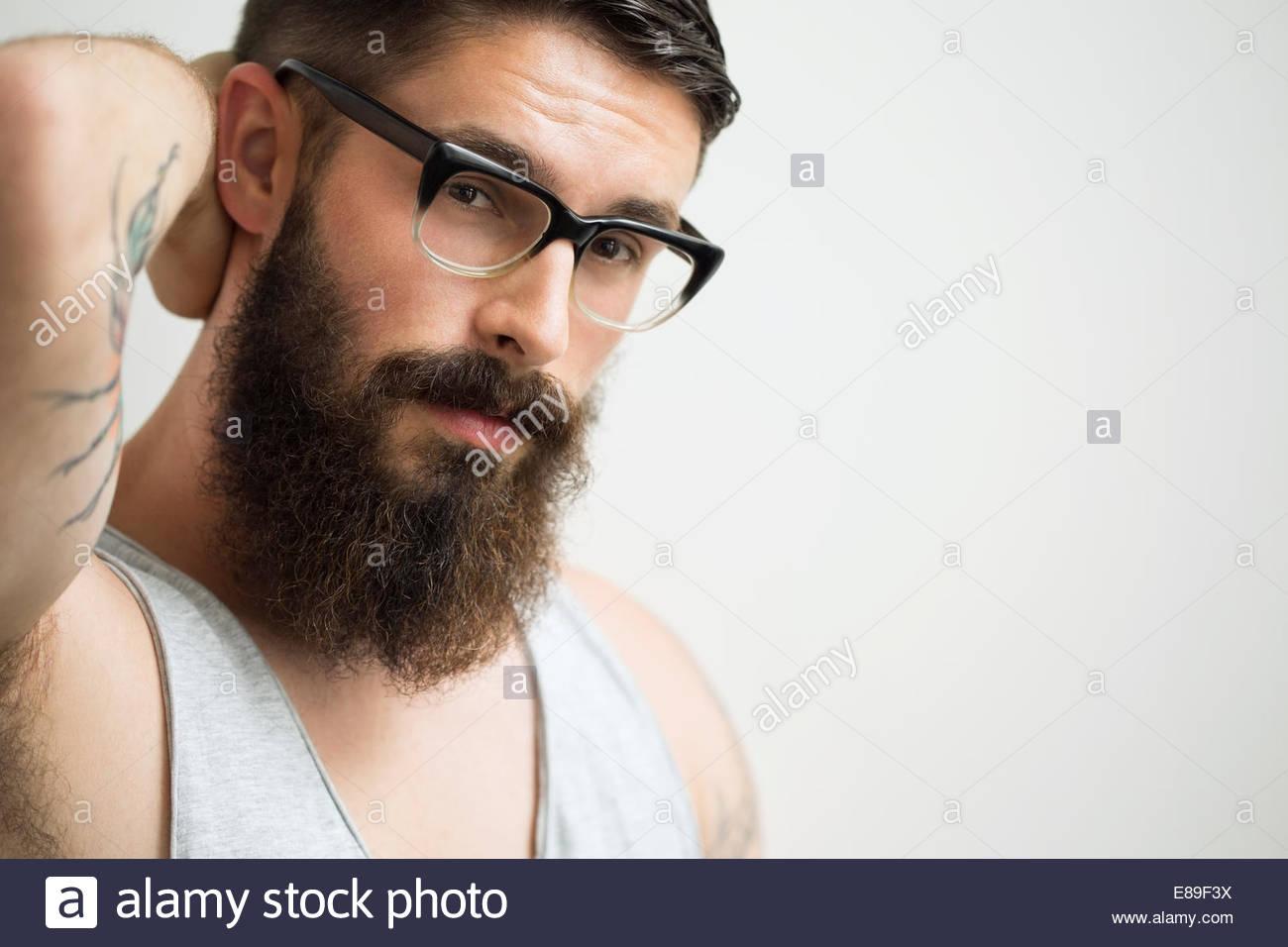 431355f5b3 Ritratto di bruna uomo con barba indossando occhiali da vista Foto ...