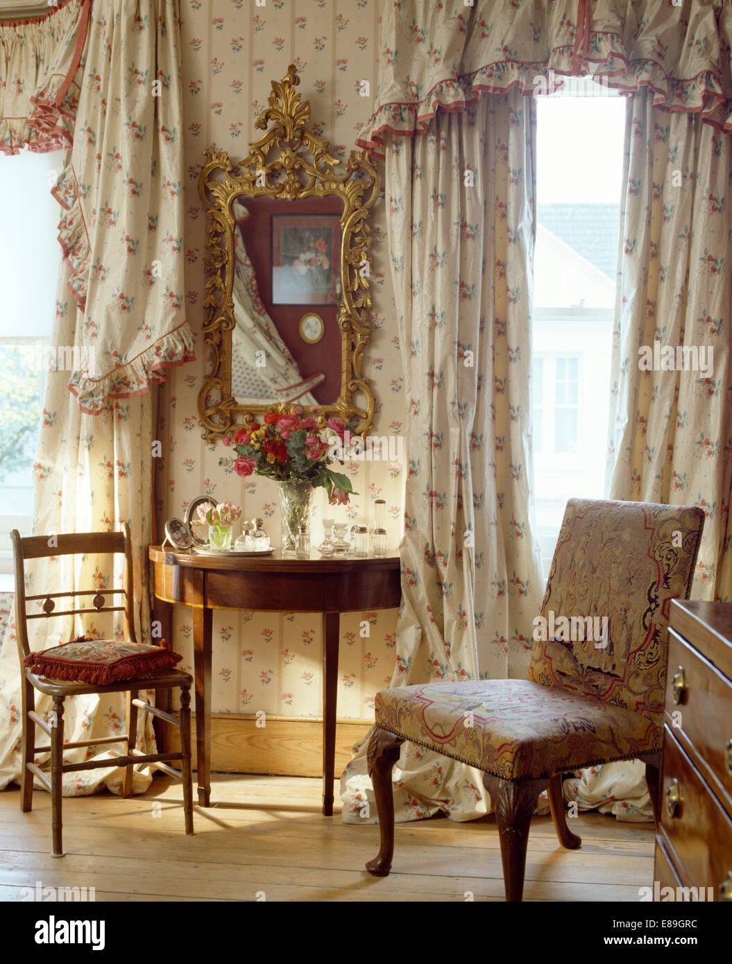 Tendaggi floreali e mantovane su windows in camera da letto con ...