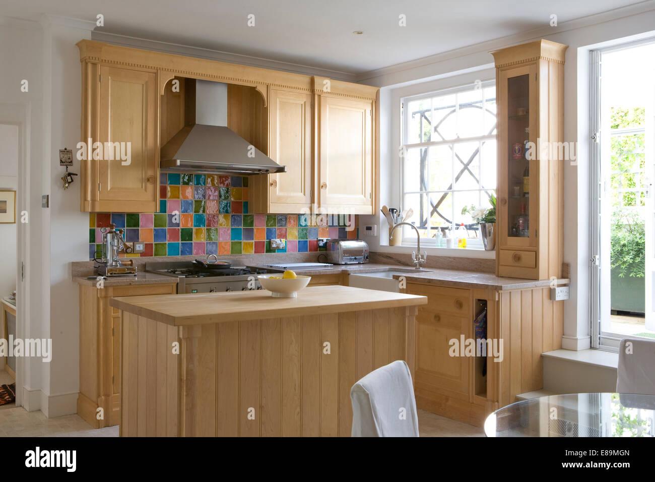 Unità di legno e unità di isola in cucina di paese con piastrelle